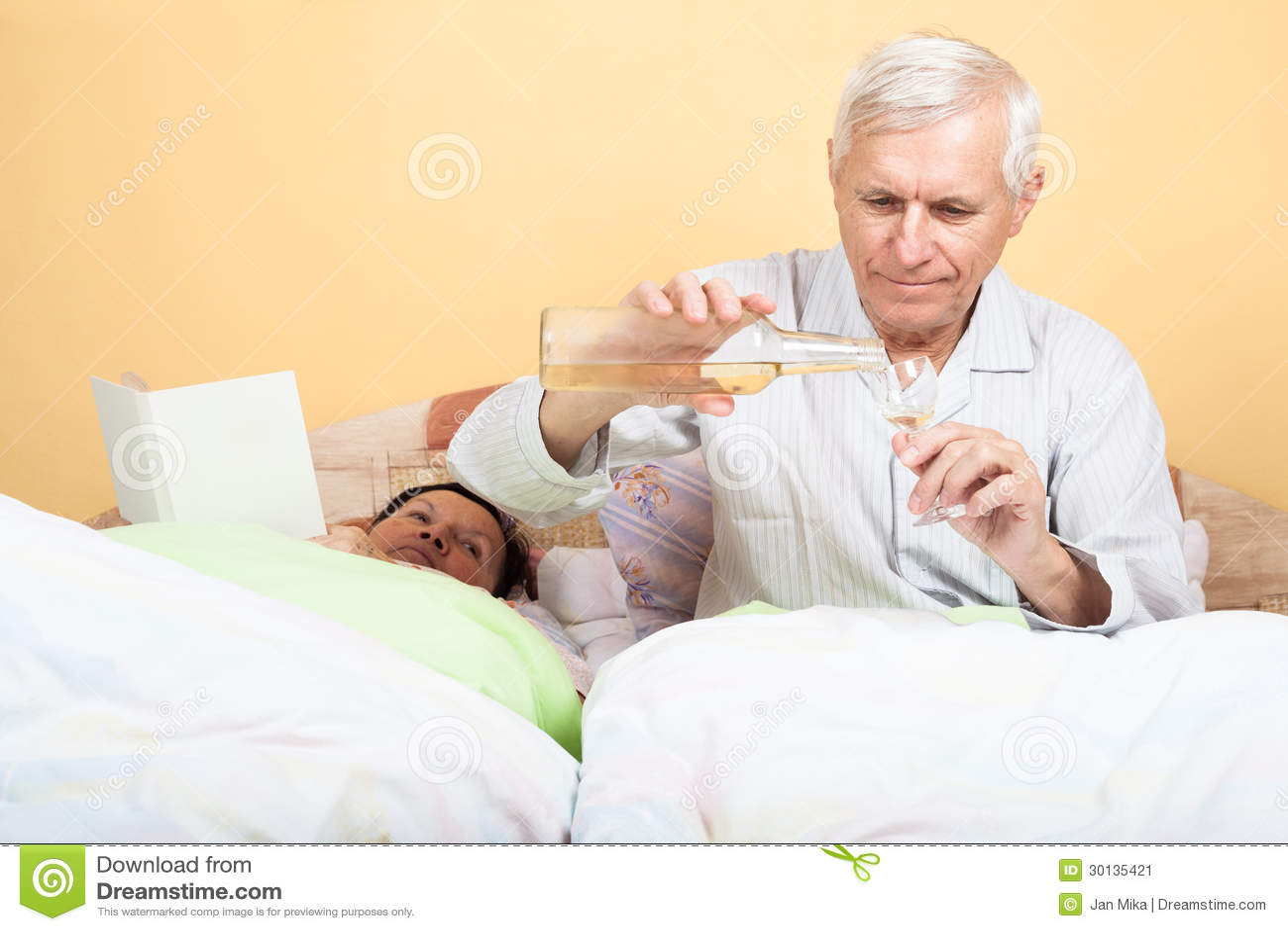 Uomo di anziani con alcool a letto immagine stock immagine di maschio liquore 30135421 - Foto di donne a letto ...