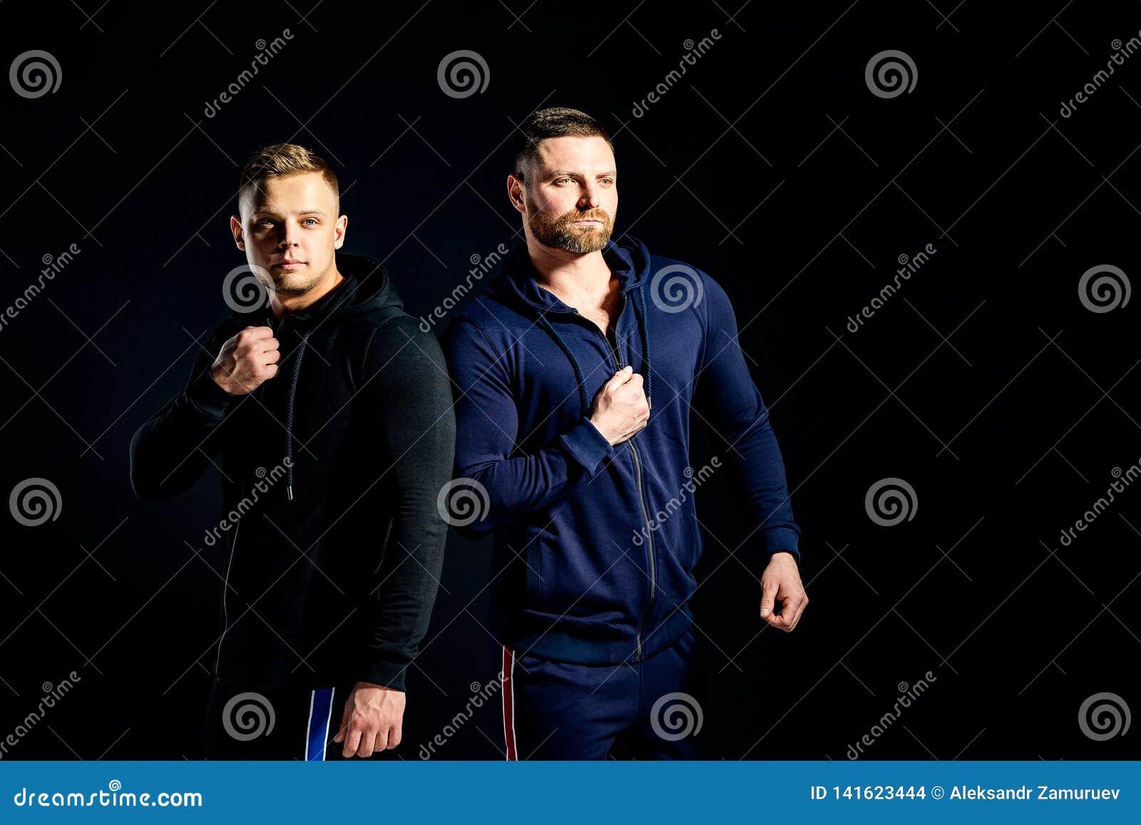 Uomini seri d avanguardia nei vestiti alla moda di sport
