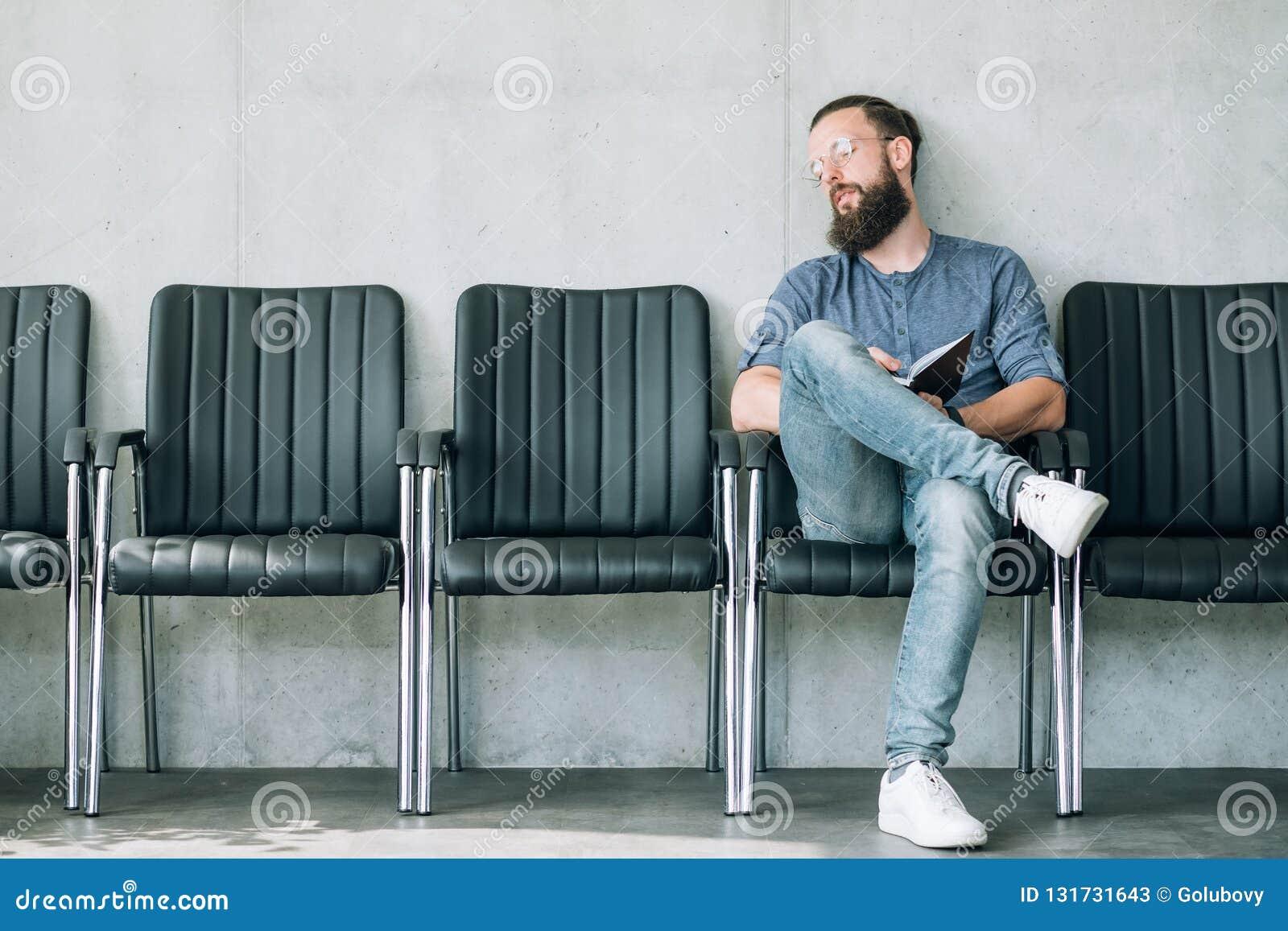 Uomo addormentato aspettante stanco di intervista di lavoro del richiedente