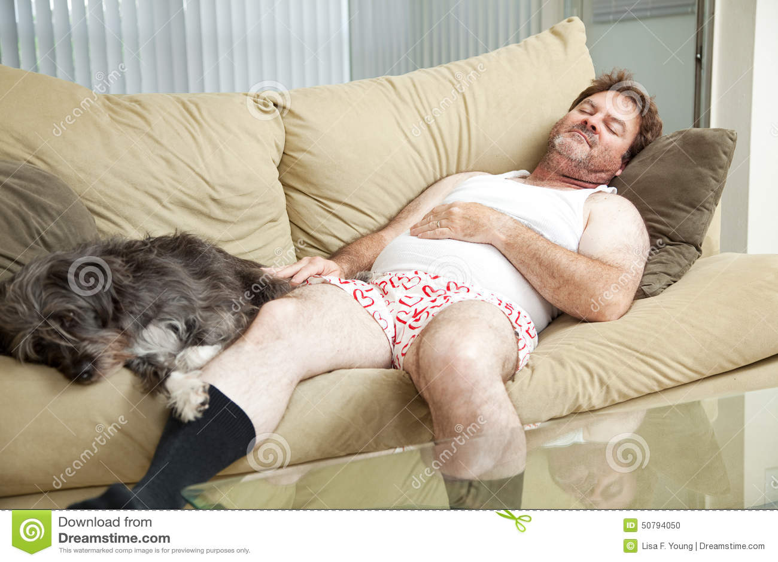 Uomo addormentato con il suo cane