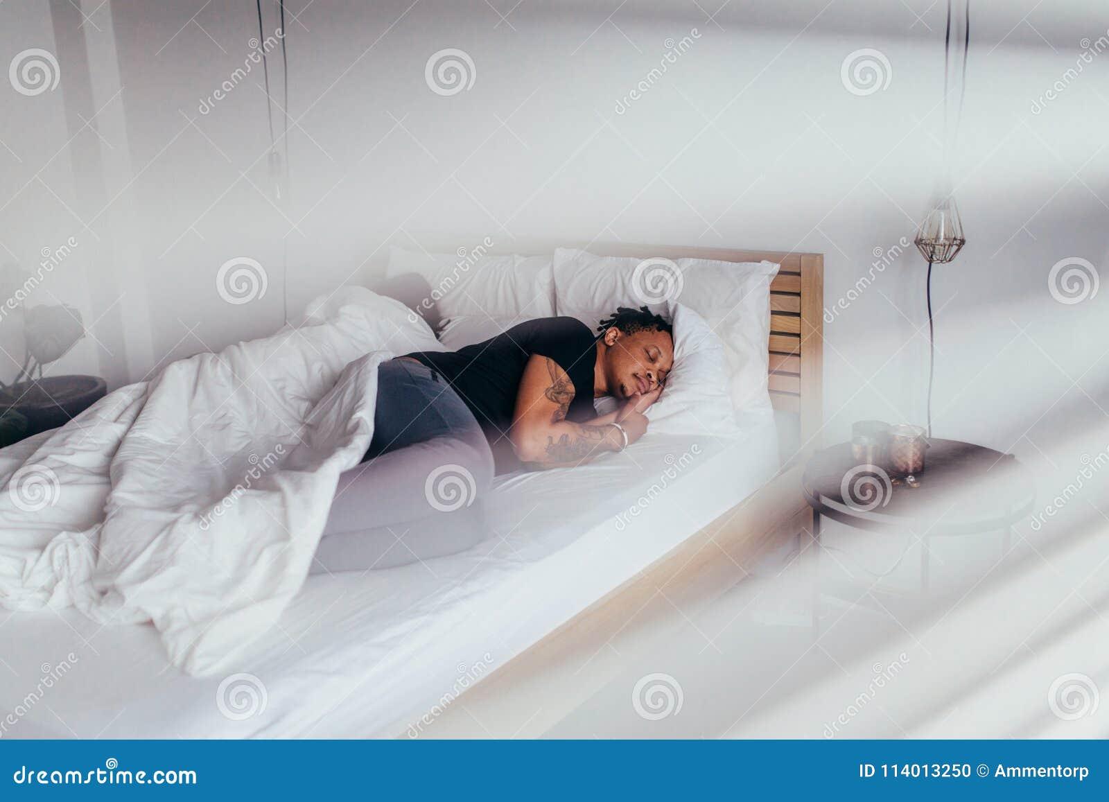 Uomo Africano Che Dorme Nella Camera Da Letto Con La Donna ...