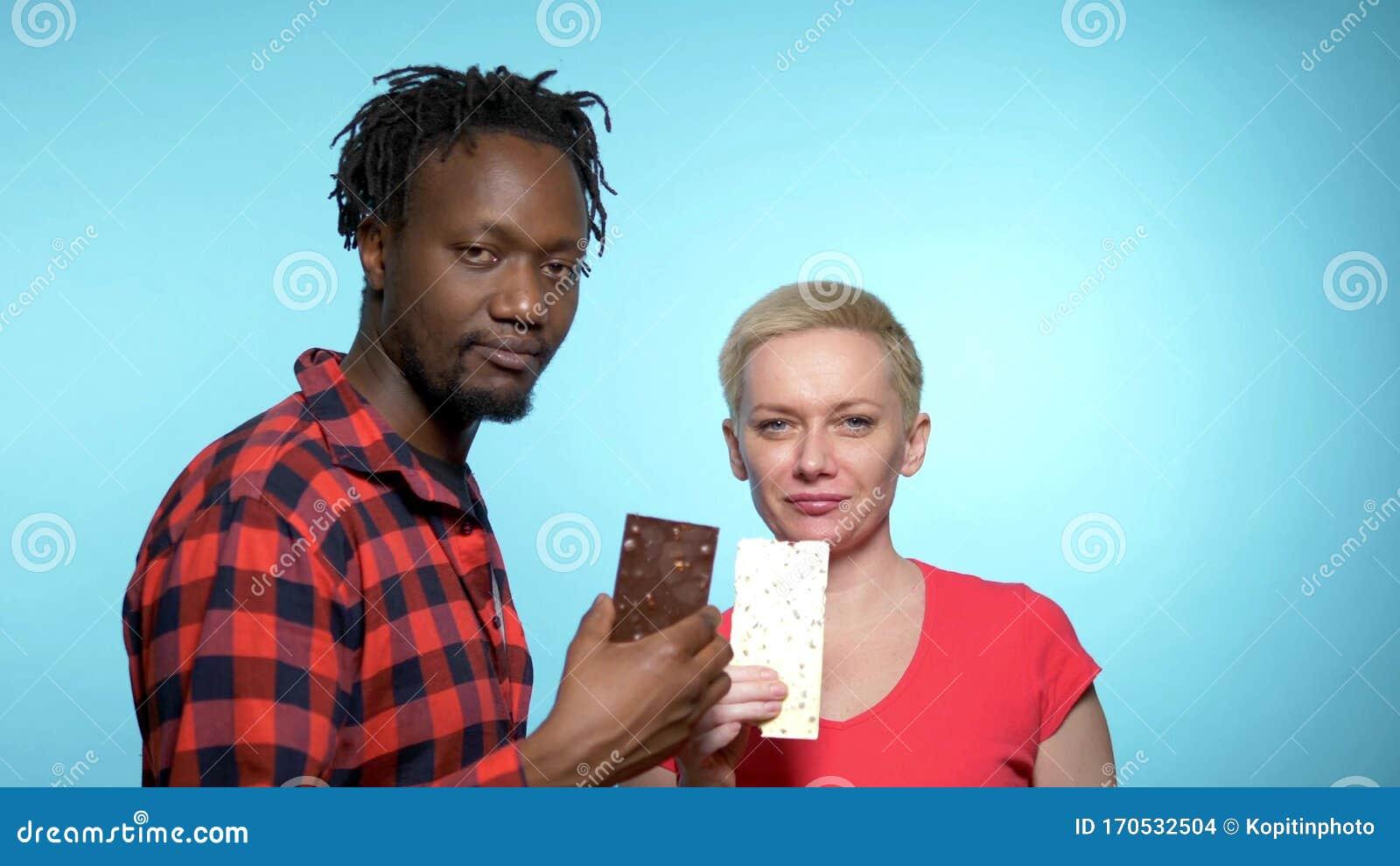 Uomo Africano, Donna Caucasica Per Mangiare Cioccolato ...