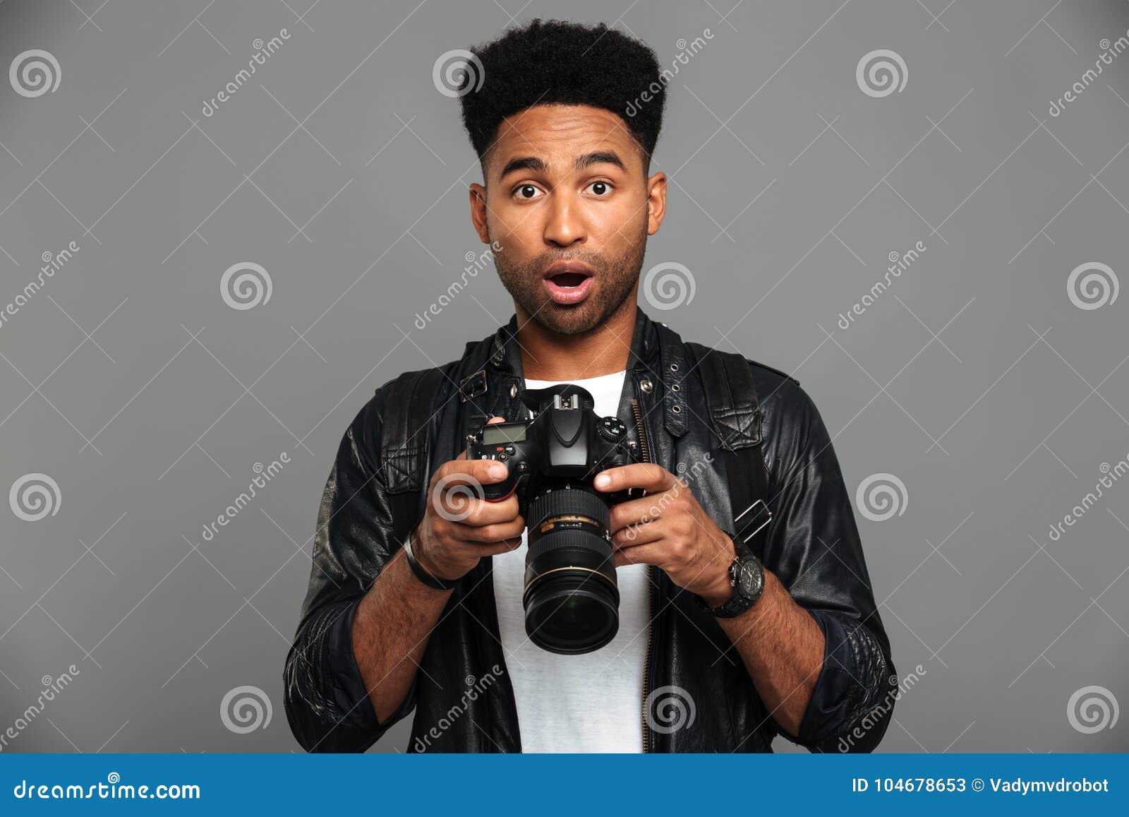Uomo afroamericano bello stupito in digi della tenuta del bomber