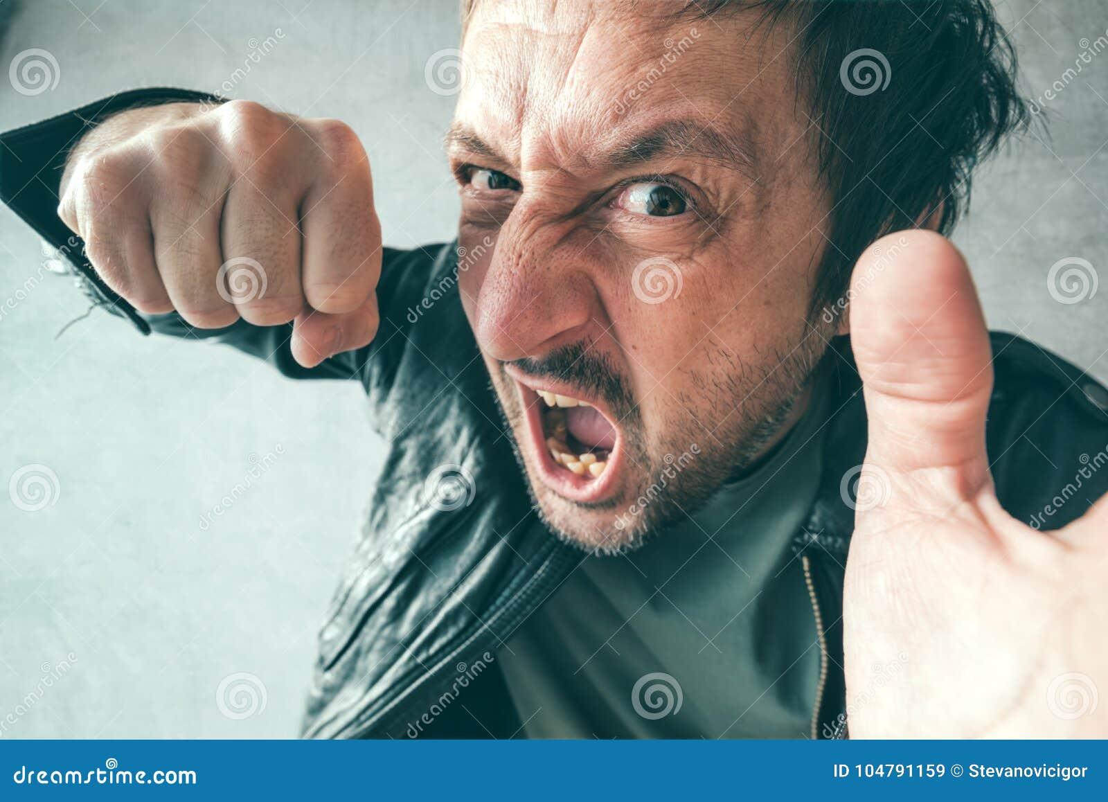 Uomo aggressivo che perfora con il pugno, ` s POV della vittima