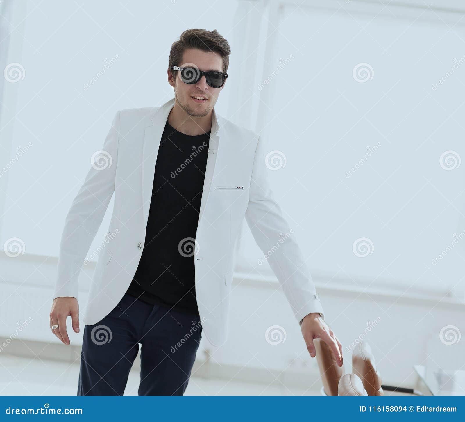 Uomo Alla Moda Bello In Vestito Elegante Bianco Fotografia Stock ... e3b42580f0e