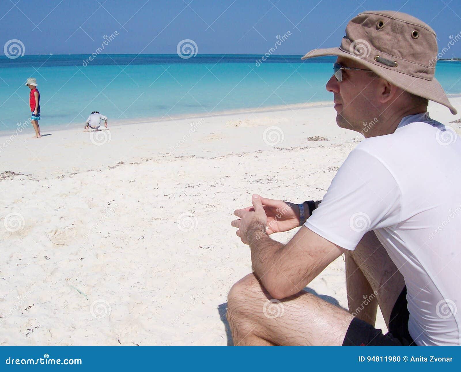 Uomo Alla Spiaggia Alla Località Di Soggiorno In Cuba Fotografia ...
