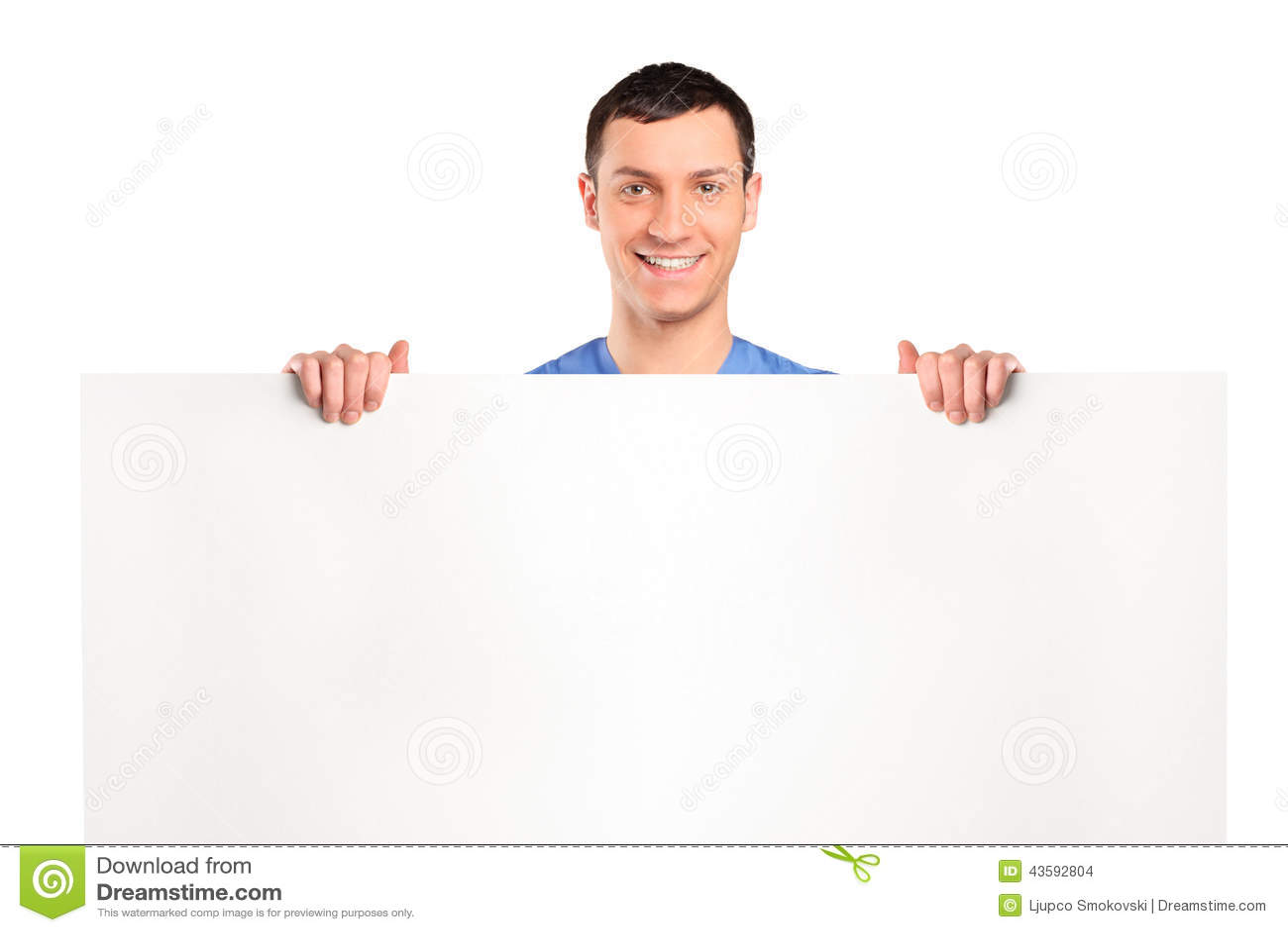 Uomo allegro che sta dietro un pannello in bianco