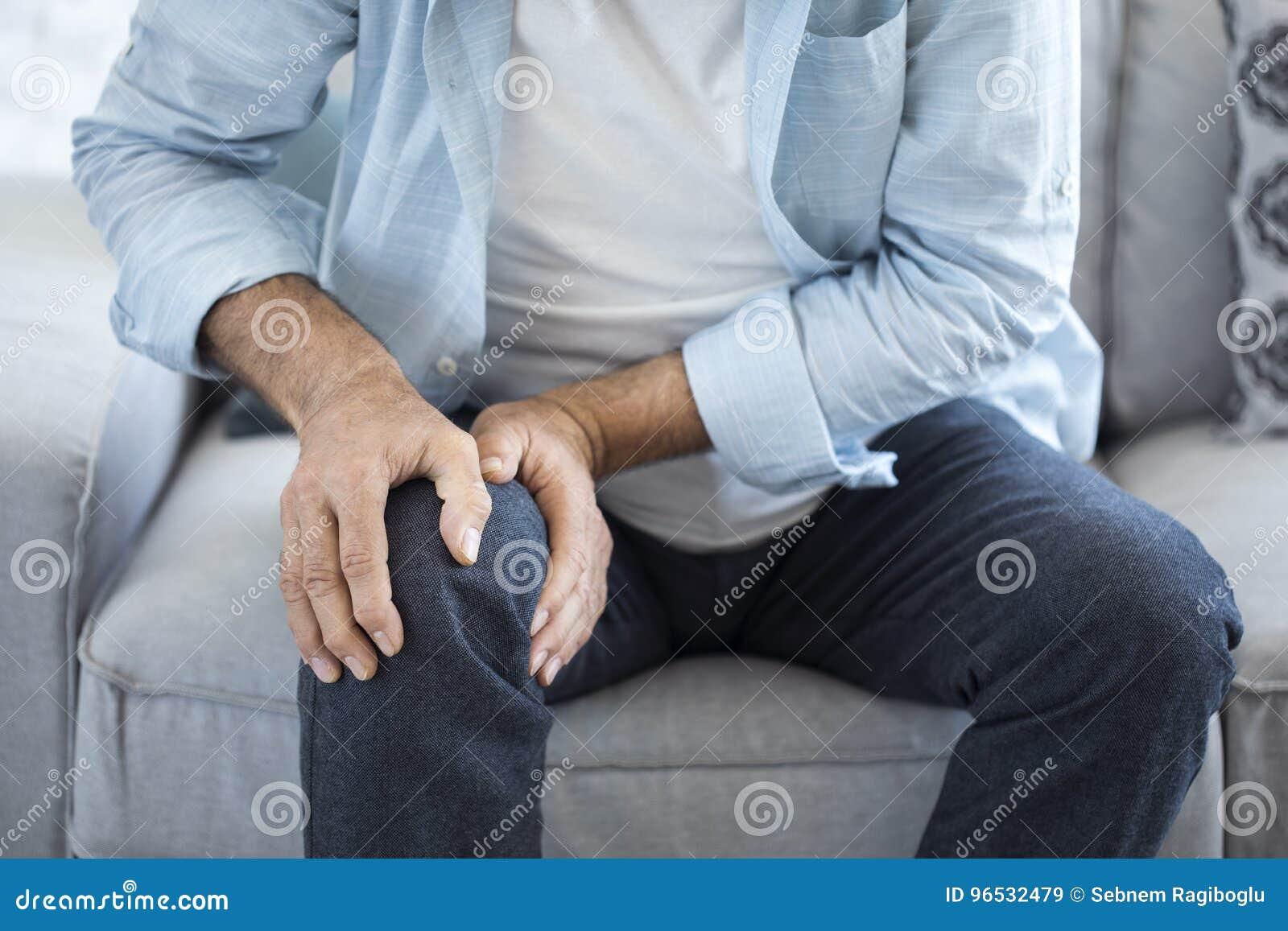 Uomo anziano che soffre dal dolore del ginocchio