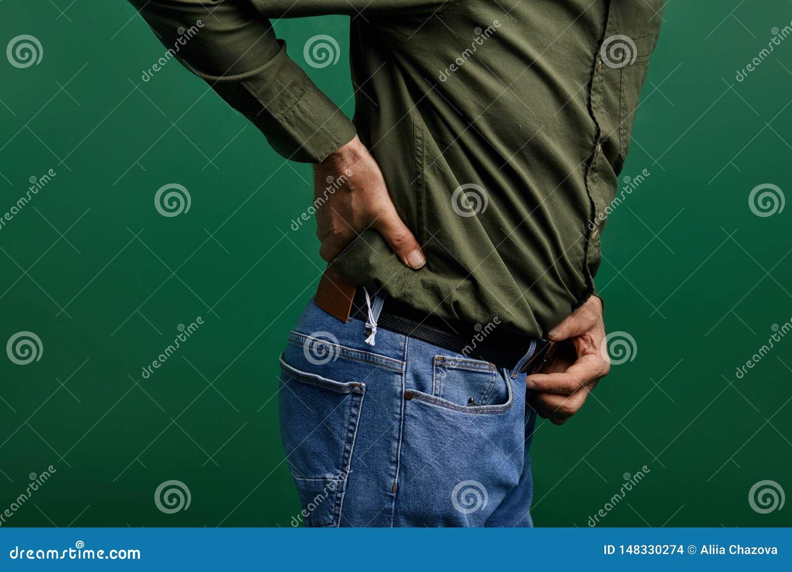 Uomo anziano che tocca il suo indietro osteoartrite