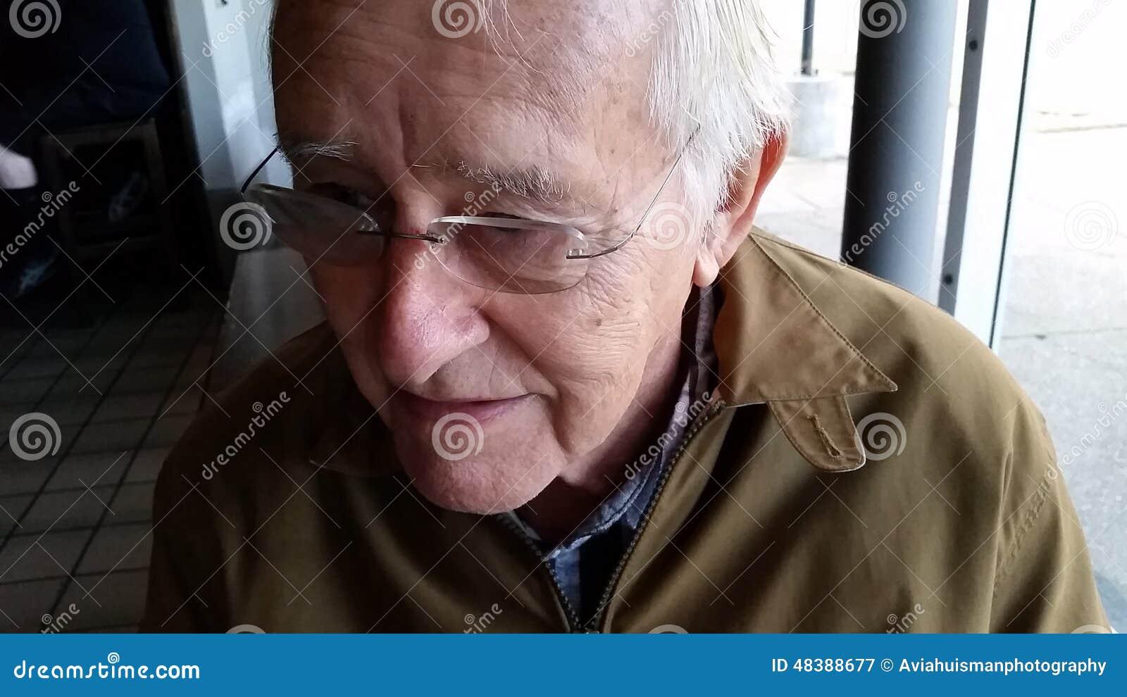 Uomo anziano felice in vetri