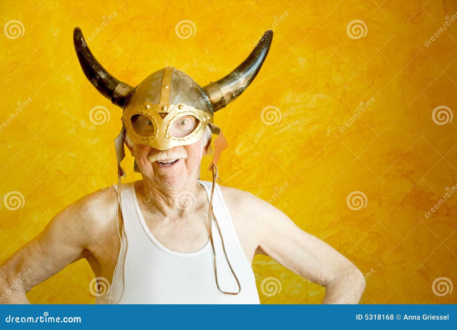 Download Uomo Anziano Pazzesco In Un Casco Del Vichingo Fotografia Stock - Immagine di maggiore, divertente: 5318168