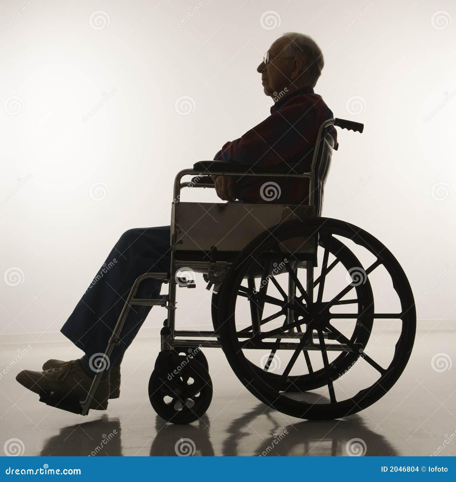 uomo anziano in sedia a rotelle fotografia stock