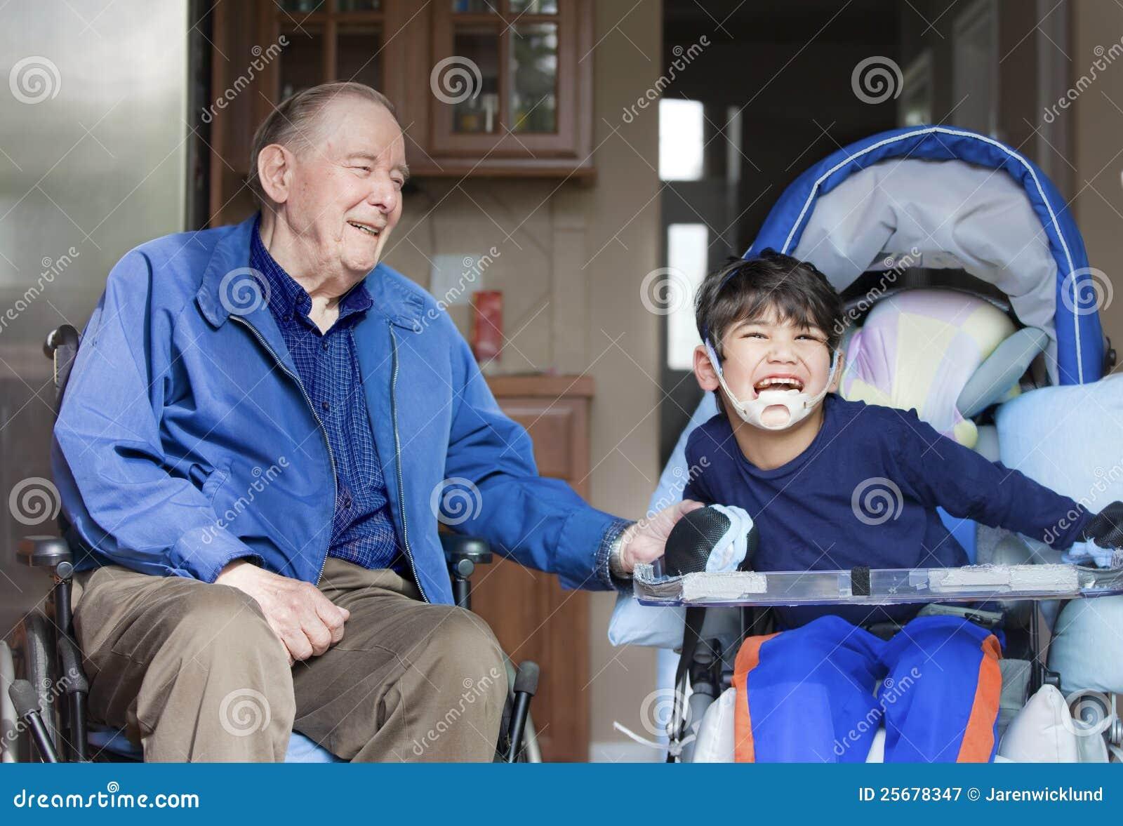 Uomo Anziano In Sedia A Rotelle Con Il Ragazzo Invalido