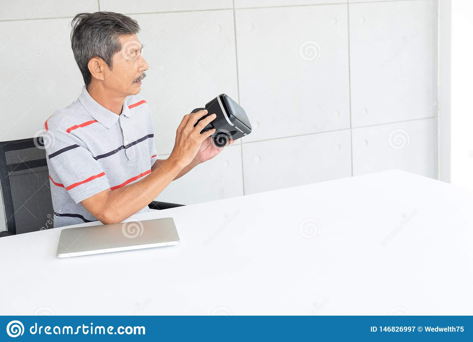 Uomo anziano in vetri di realtà del vr