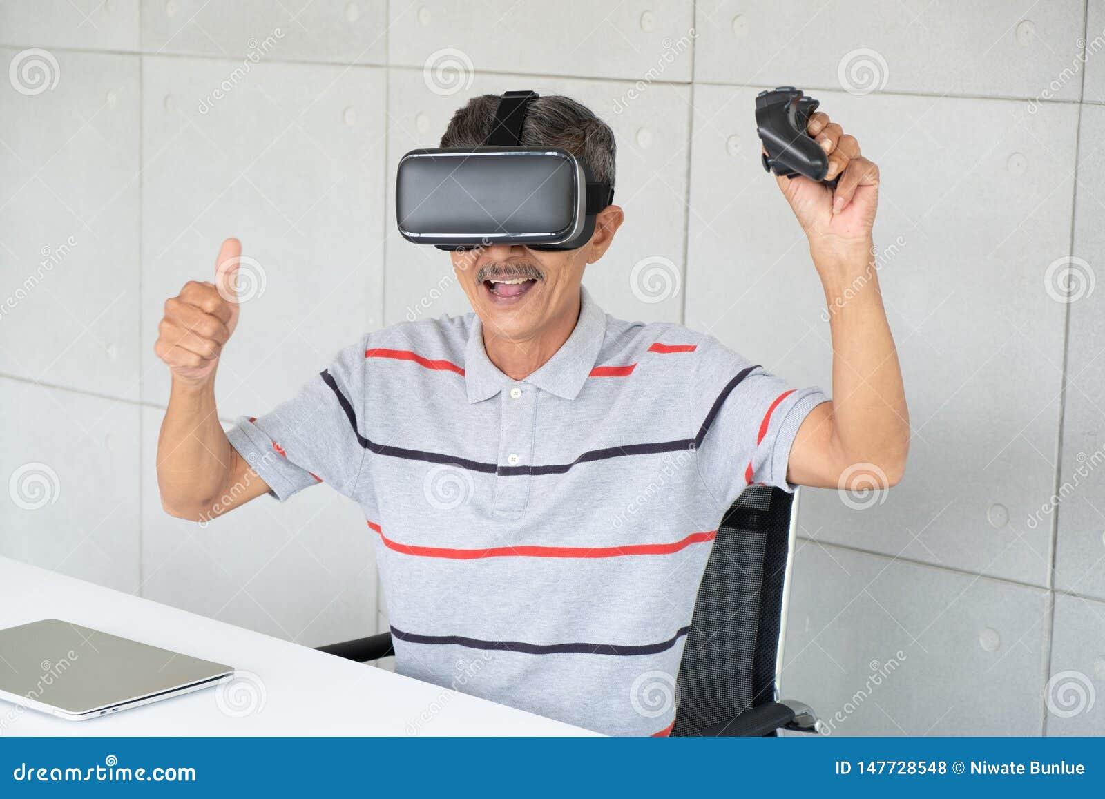 Uomo anziano in vetri di realt? del vr di realt? virtuale con il gioco del gioco