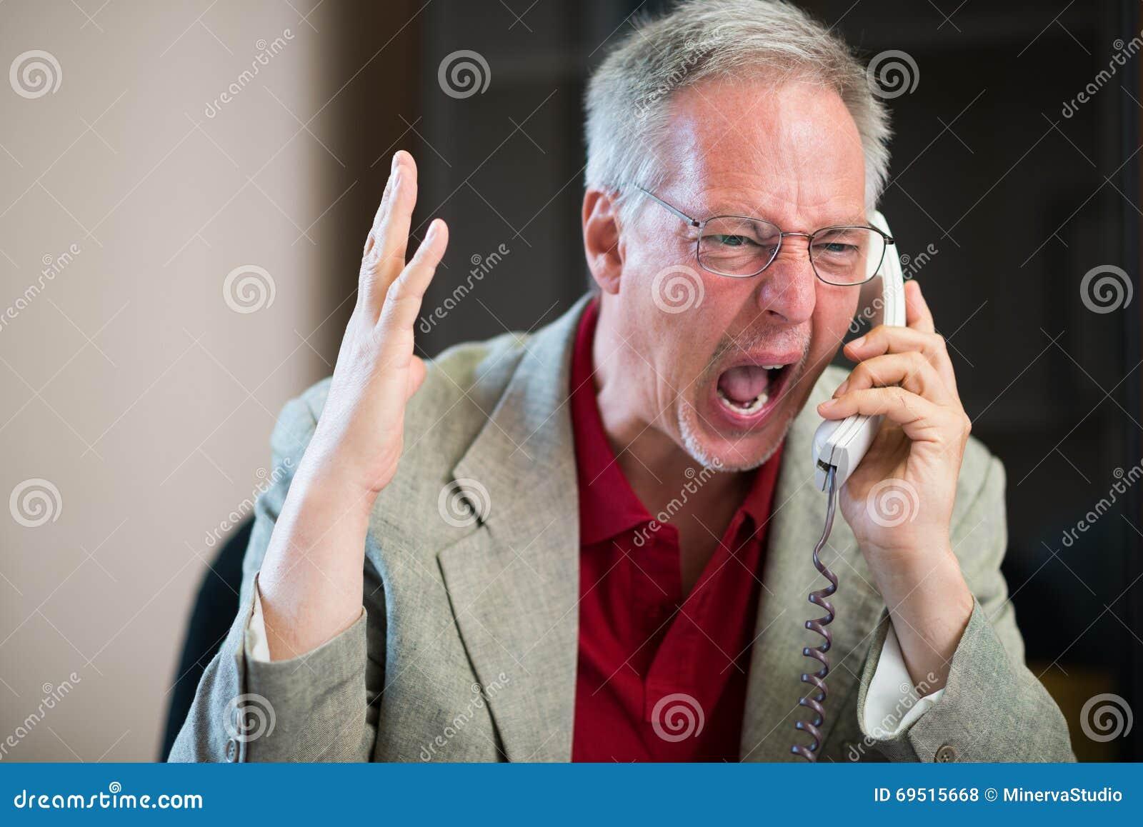 Uomo arrabbiato che urla sul telefono