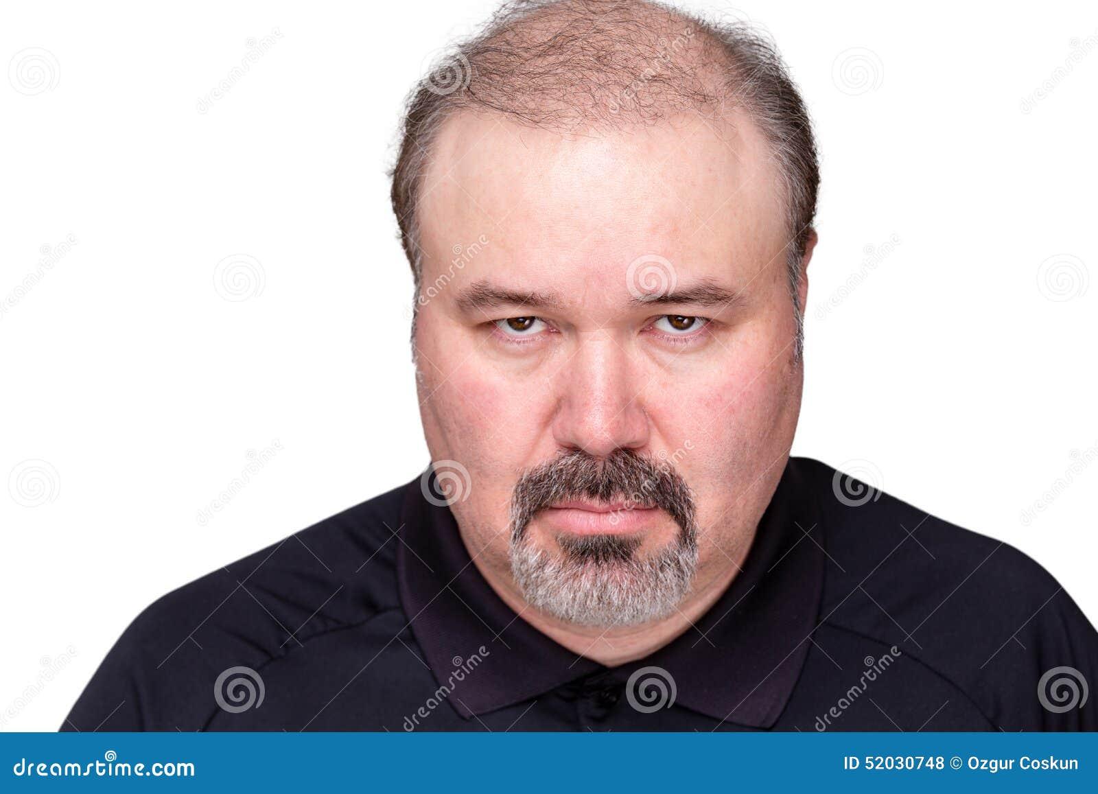 Uomo arrabbiato cupo torvo alla macchina fotografica