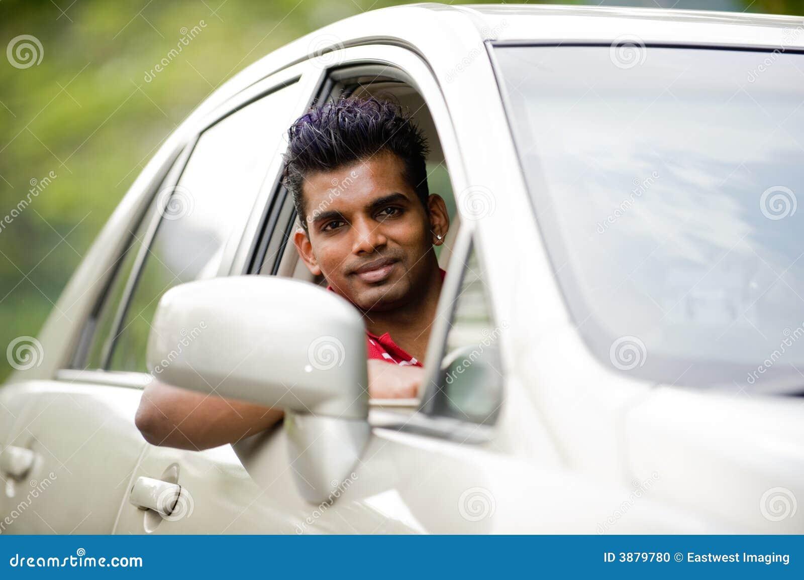 Uomo asiatico in automobile
