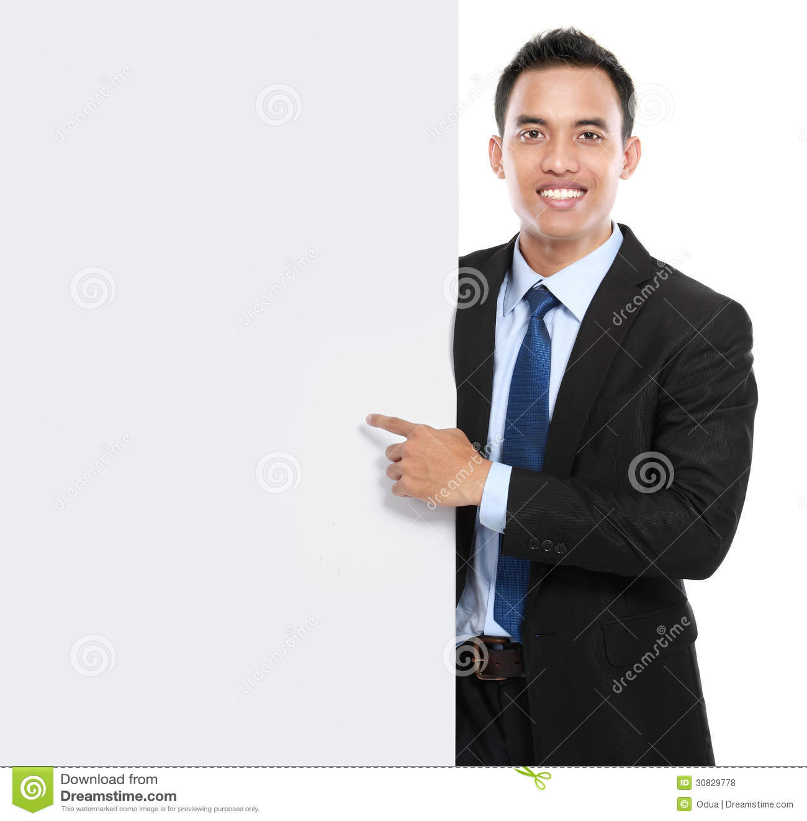 Uomo asiatico sorridente di affari che tiene bordo vuoto