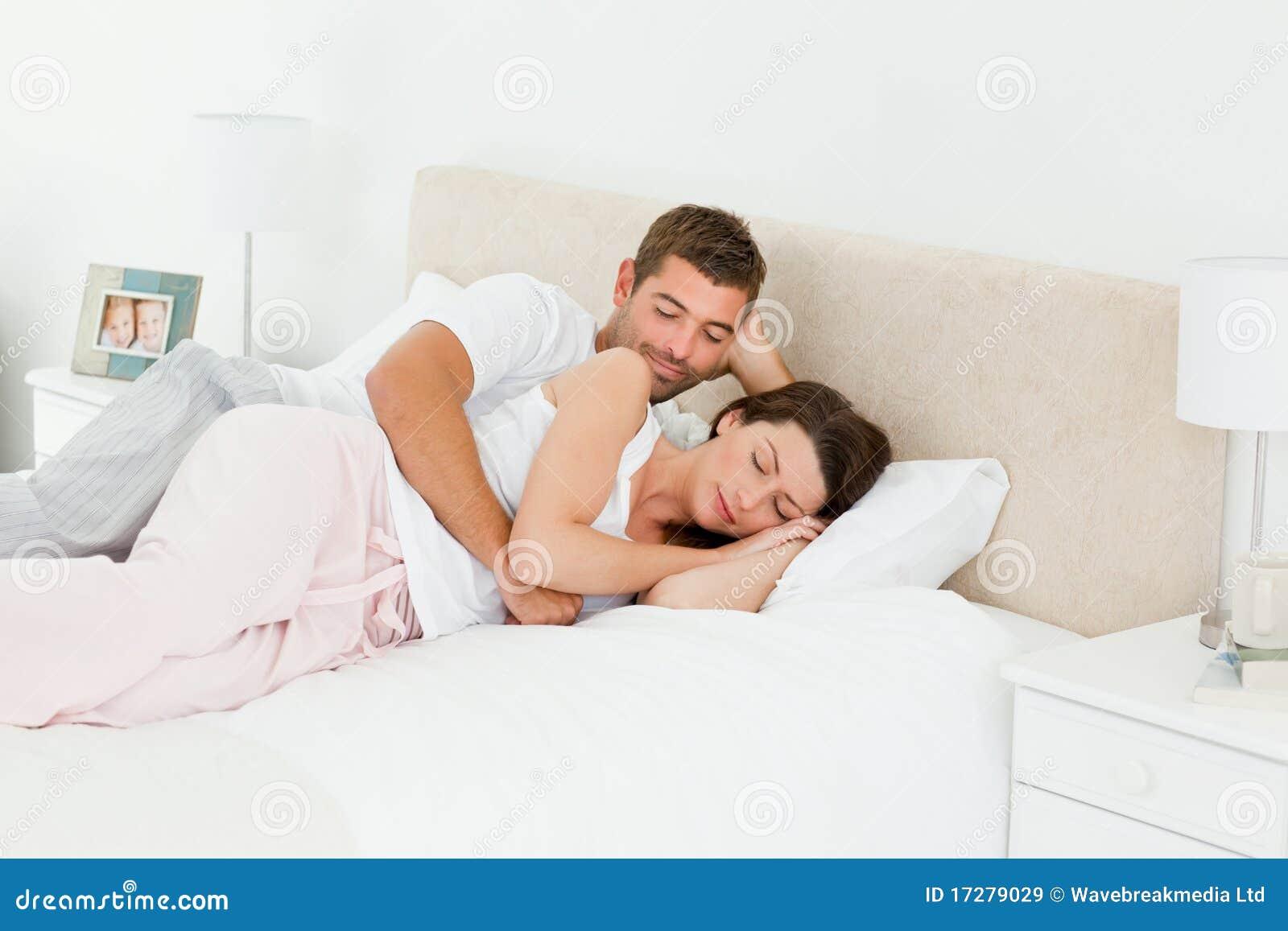 Uomo attento che esamina il suo sonno dell amica