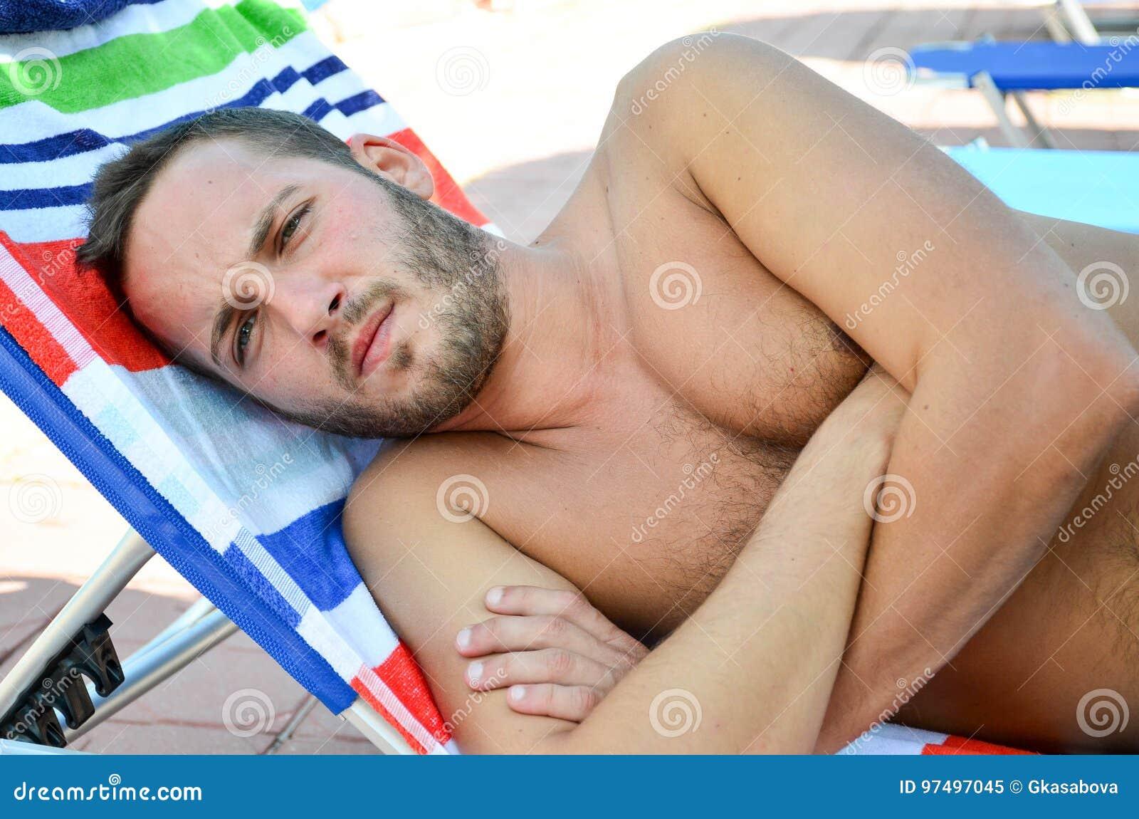 Uomo barbuto alla spiaggia