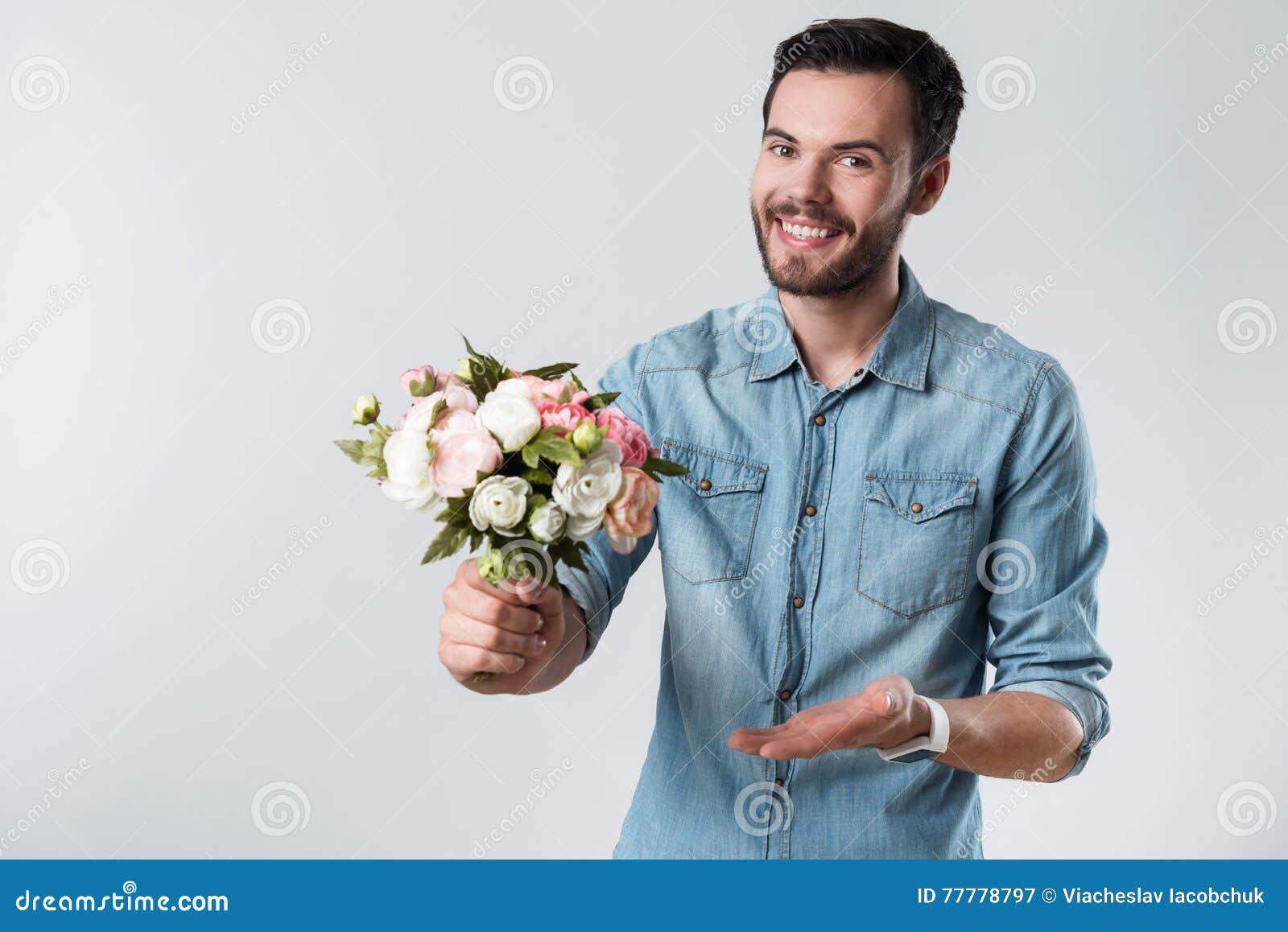 Mazzo Di Fiori Uomo.Uomo Barbuto Romantico Che Sorride E Che Tiene Un Mazzo Di Fiori