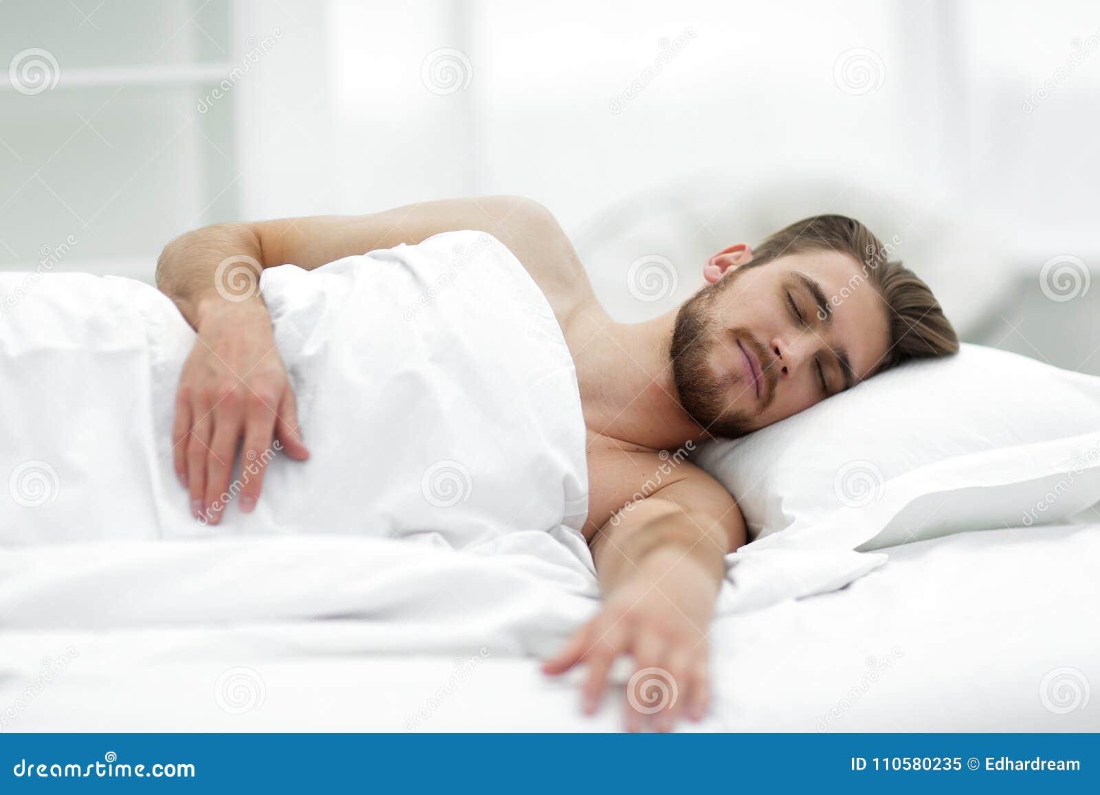 Uomo Bello Che Dorme Nella Nuova Camera Da Letto Immagine Stock ...