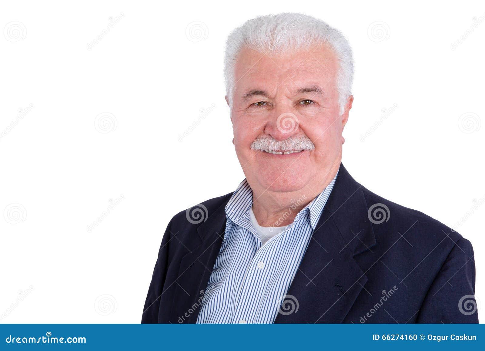 Singolo uomo dai capelli e mustached bianco sorridente bello con il collare  e la giacca sportiva blu sbottonati sopra fondo bianco