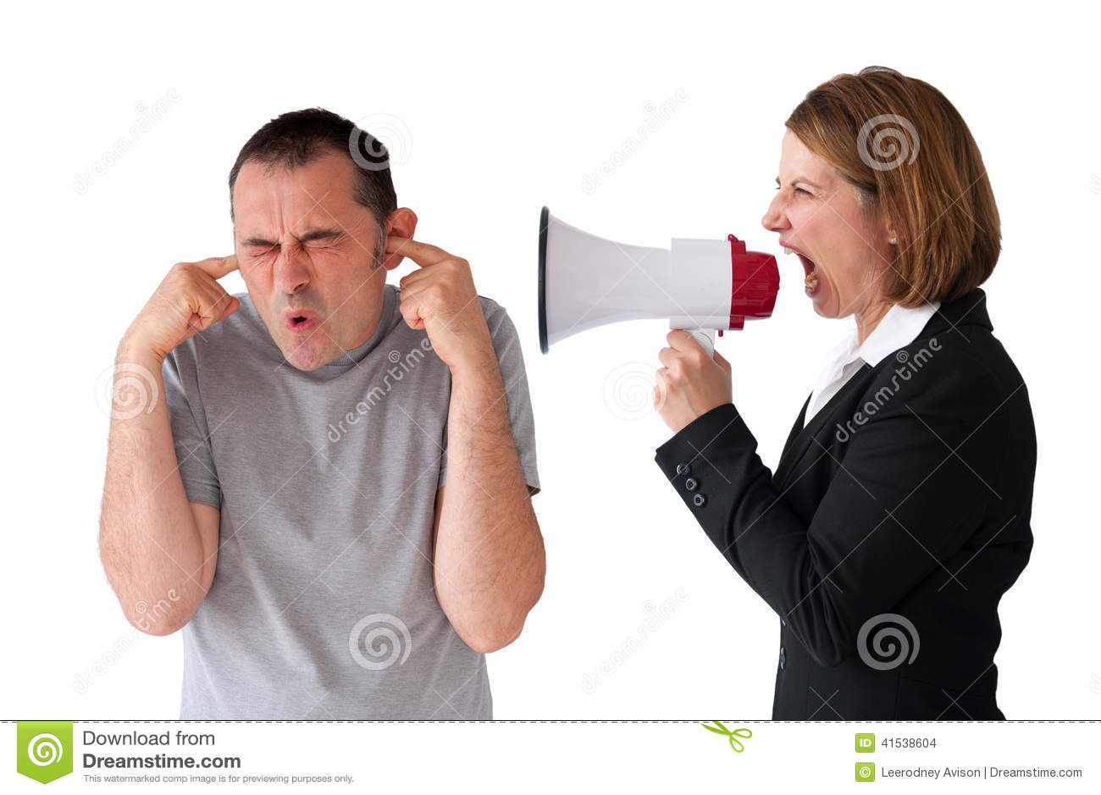 Uomo che è urlato dal responsabile femminile