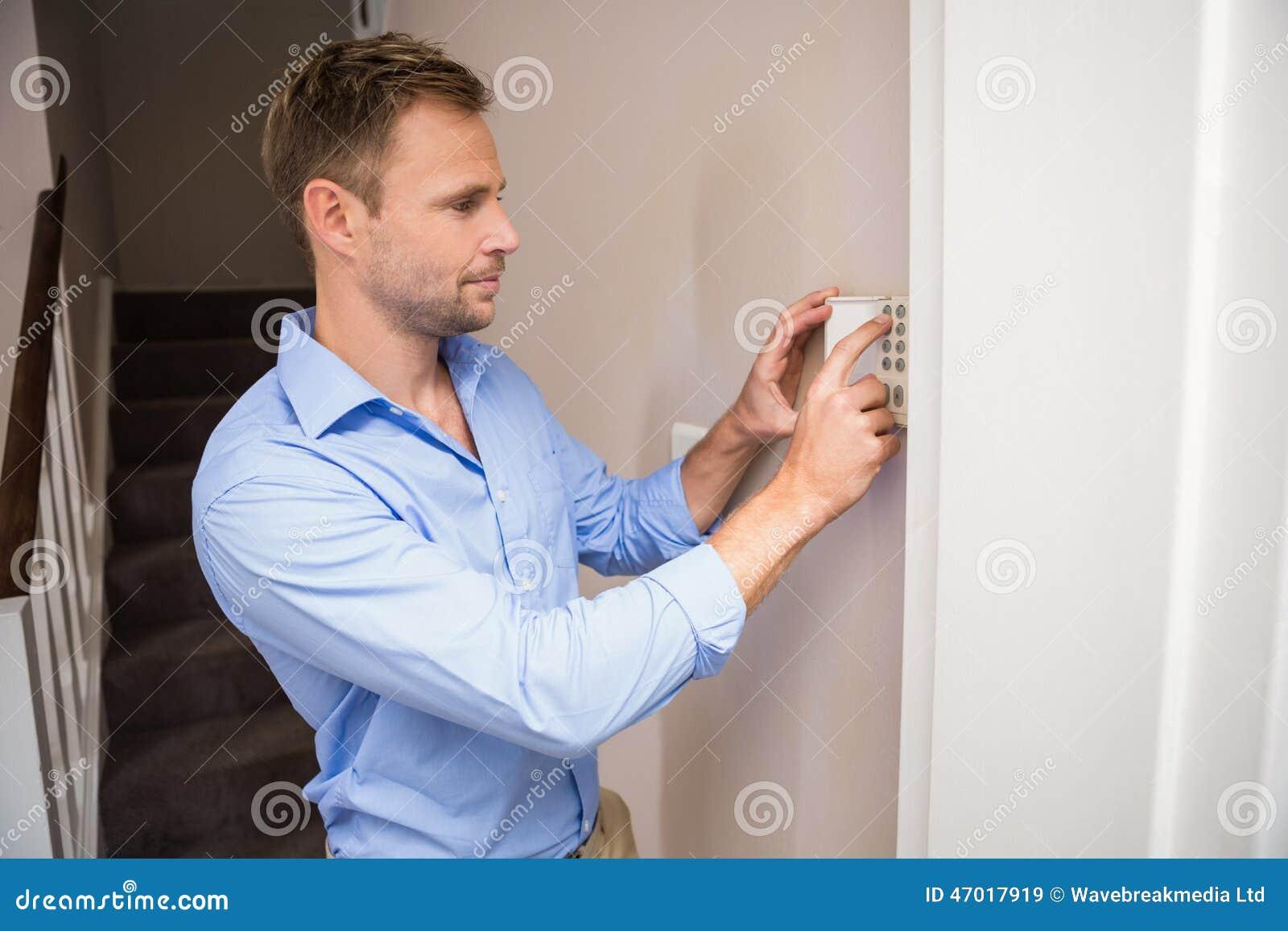Uomo che arma un allarme domestico