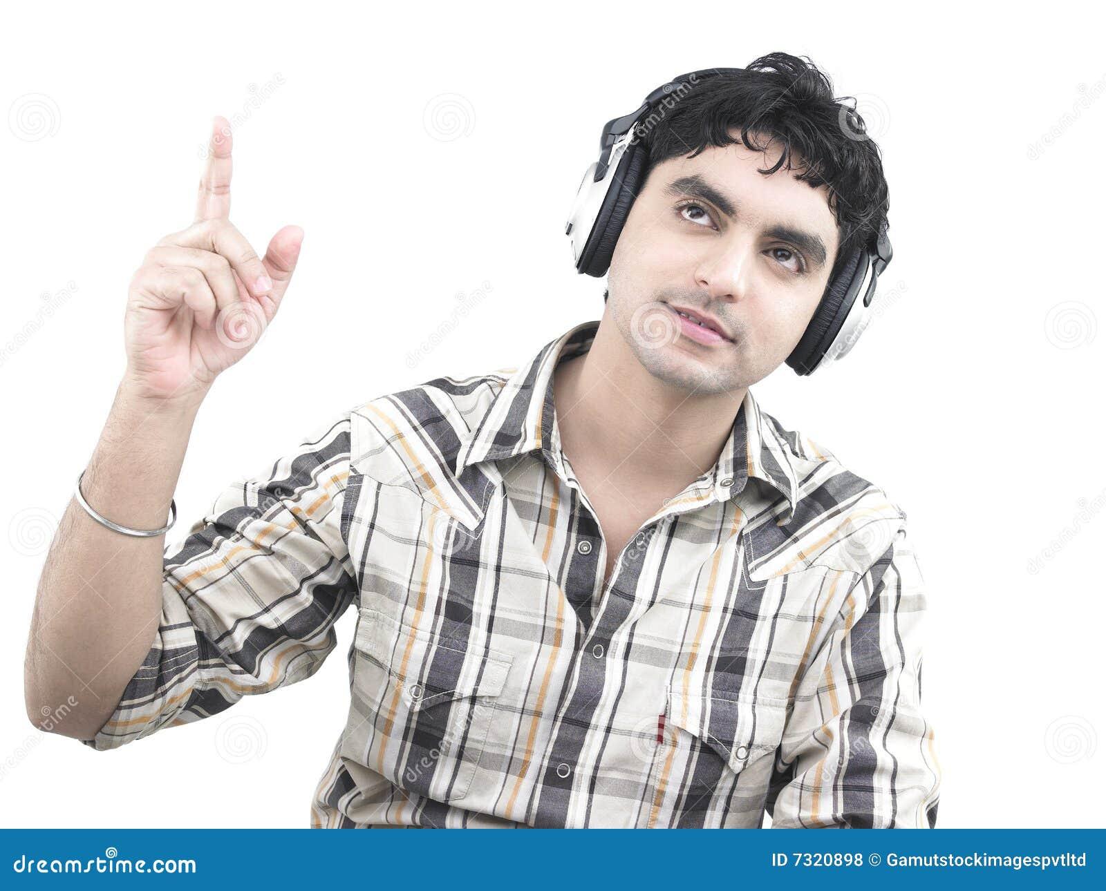 Uomo che ascolta la musica