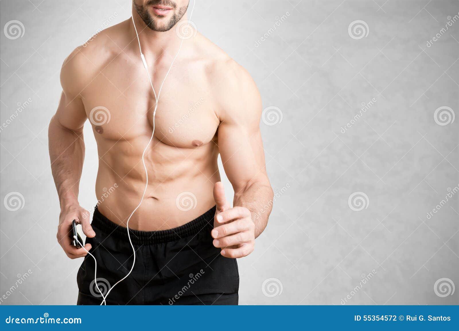Uomo che ascolta la musica e che pareggia