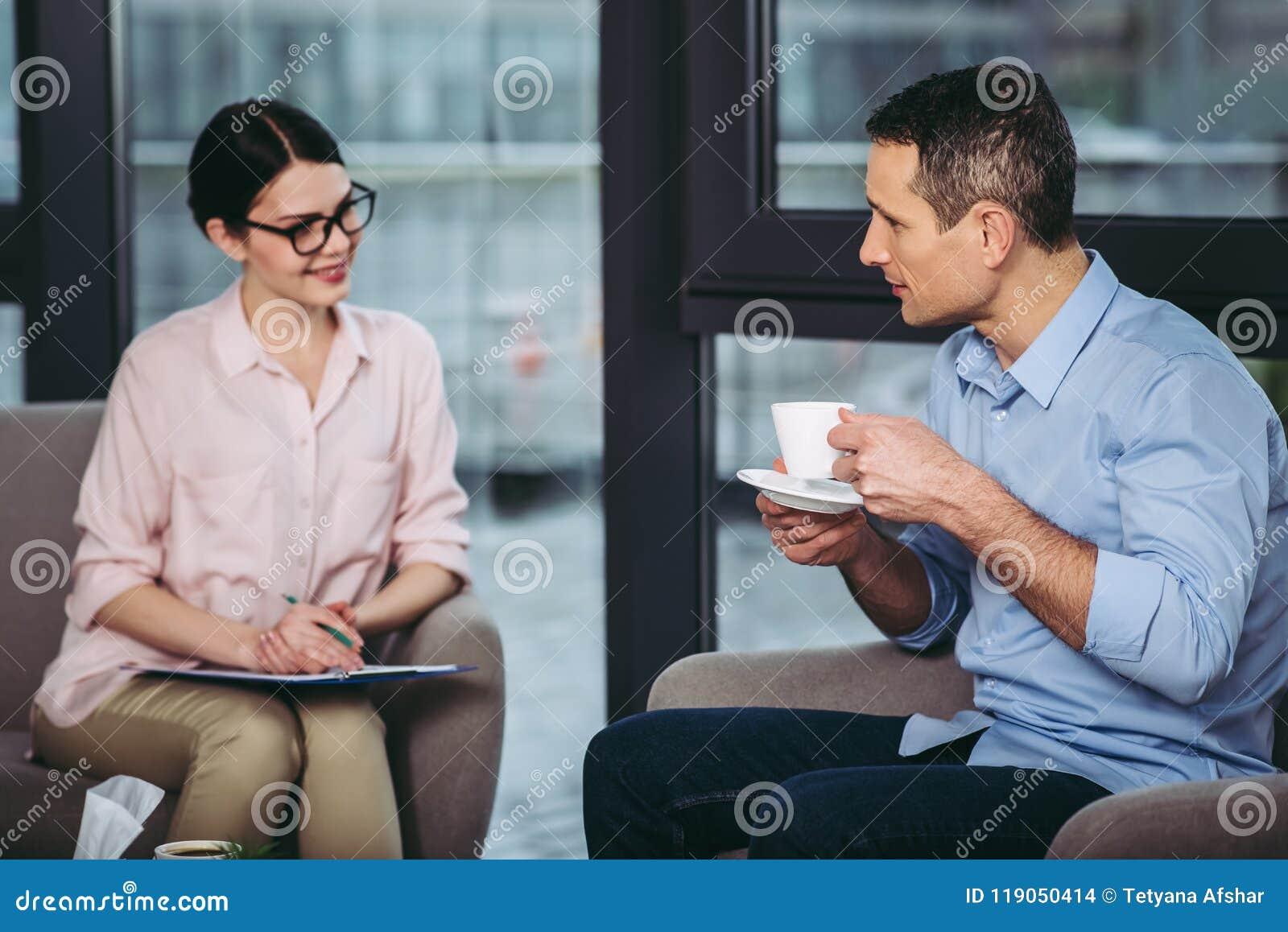 Uomo che ascolta le raccomandazioni di medico