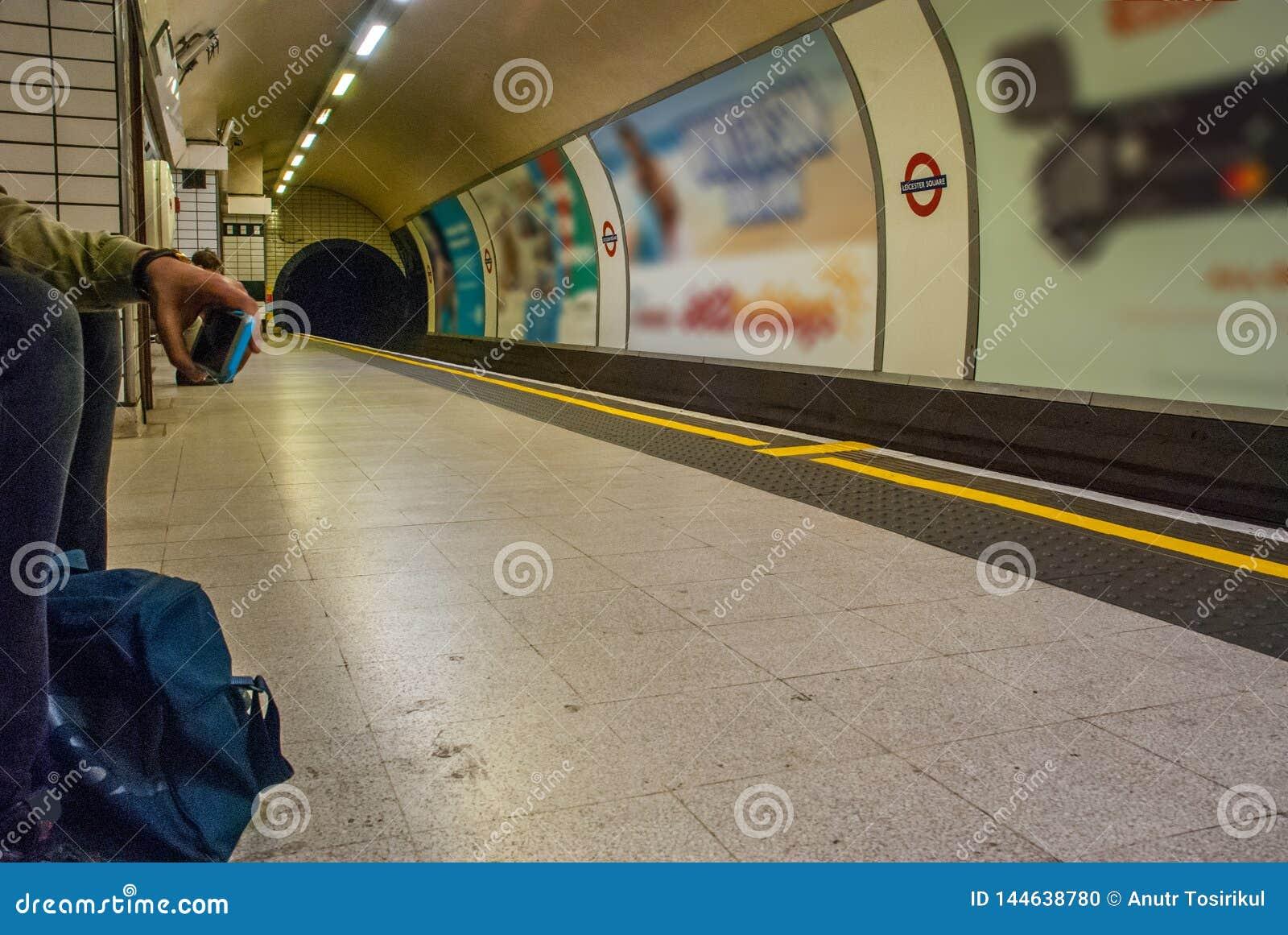 Uomo che aspetta il sottopassaggio nella stazione del quadrato di Leicester