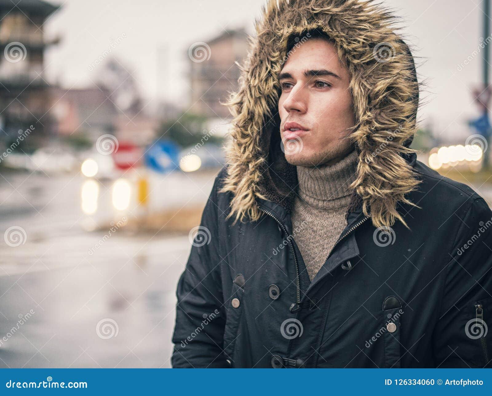 Con Piovosa Il Cappotto La Fotografia Via Cammina Lungo Che Uomo wqSRXYX
