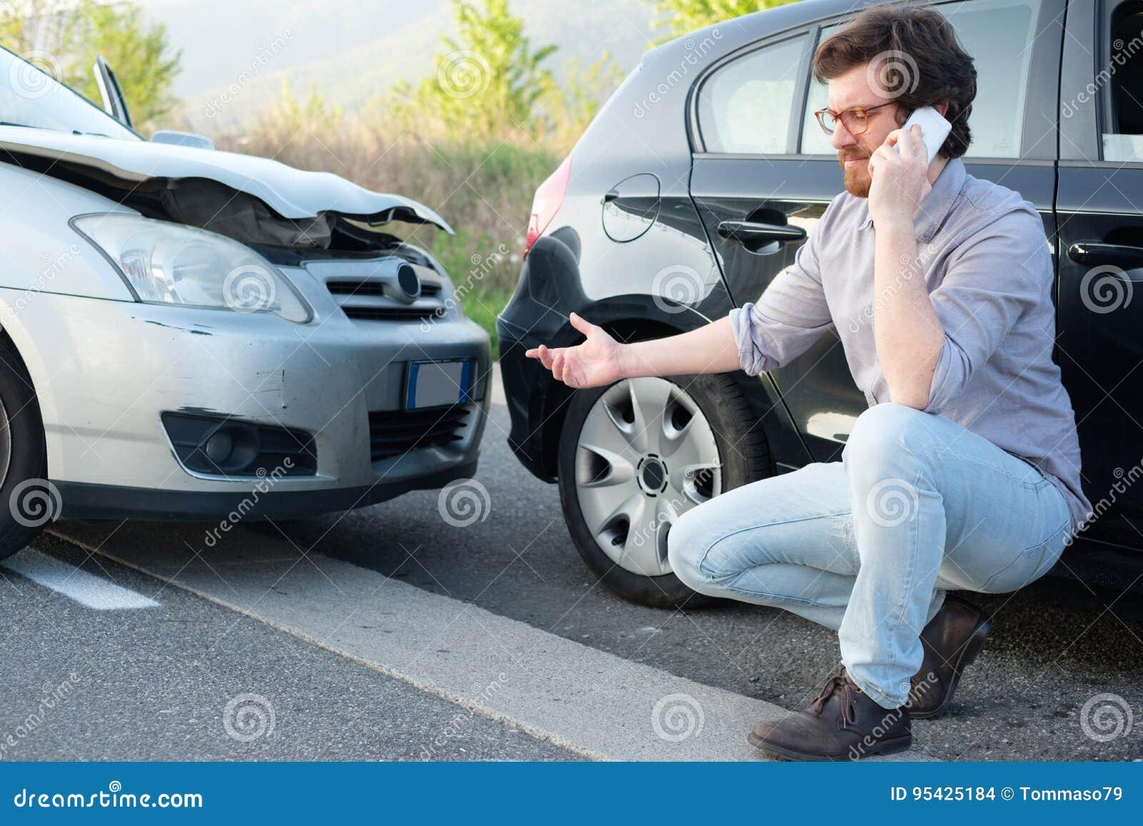 Uomo che chiama aiuto dopo l incidente di incidente stradale sulla strada