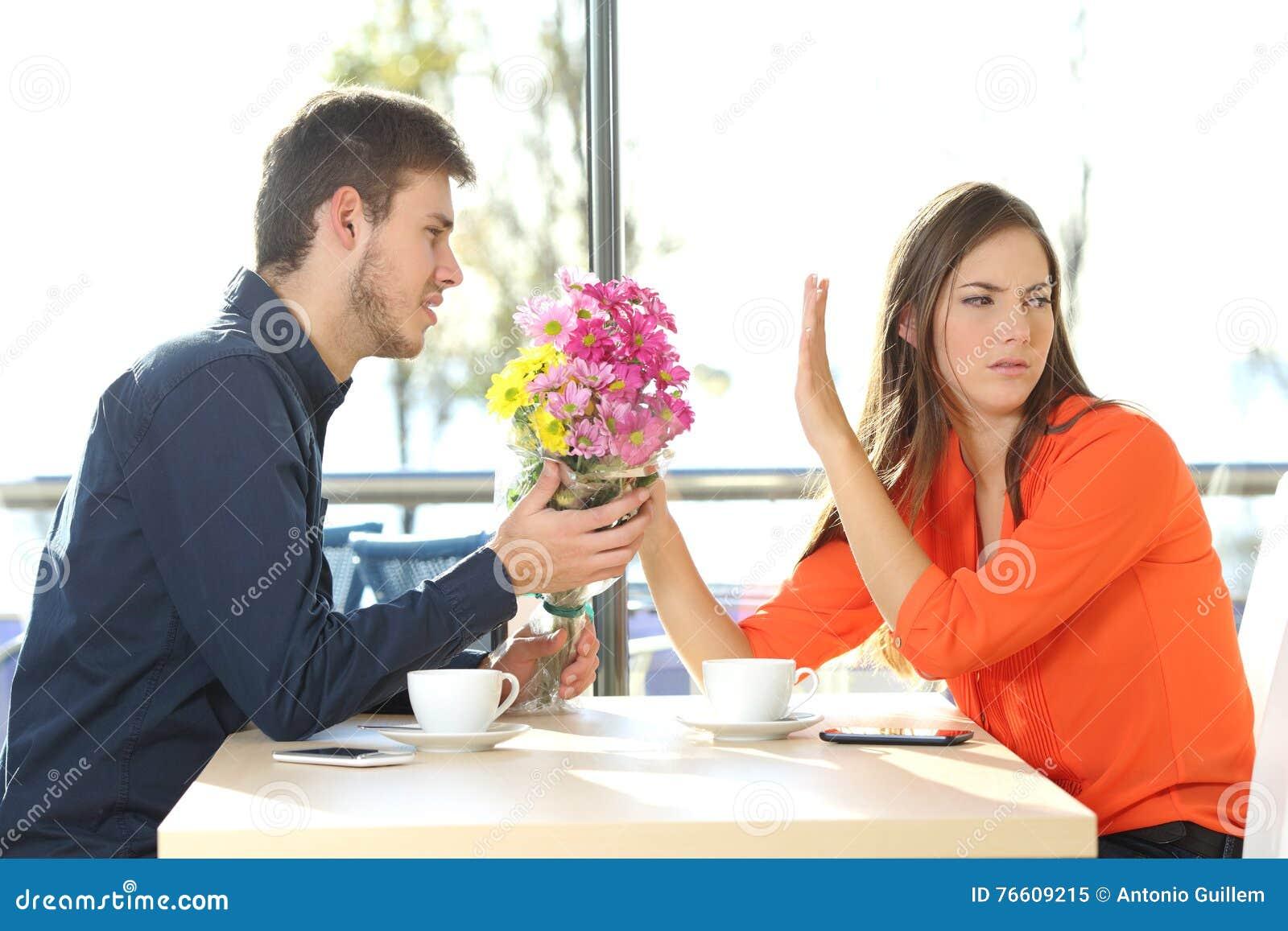 Uomo che chiede il perdono alla sua amica