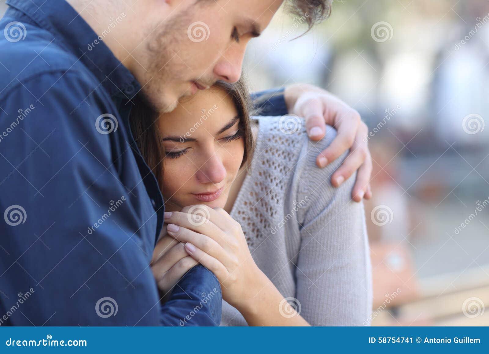 Uomo che conforta il suo amico di dolore triste