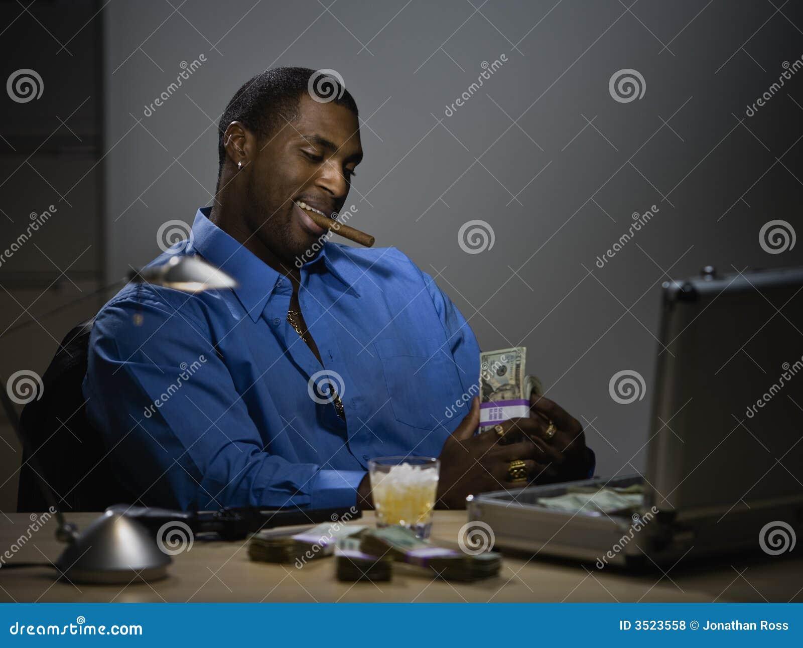 Uomo che conta soldi allo scrittorio