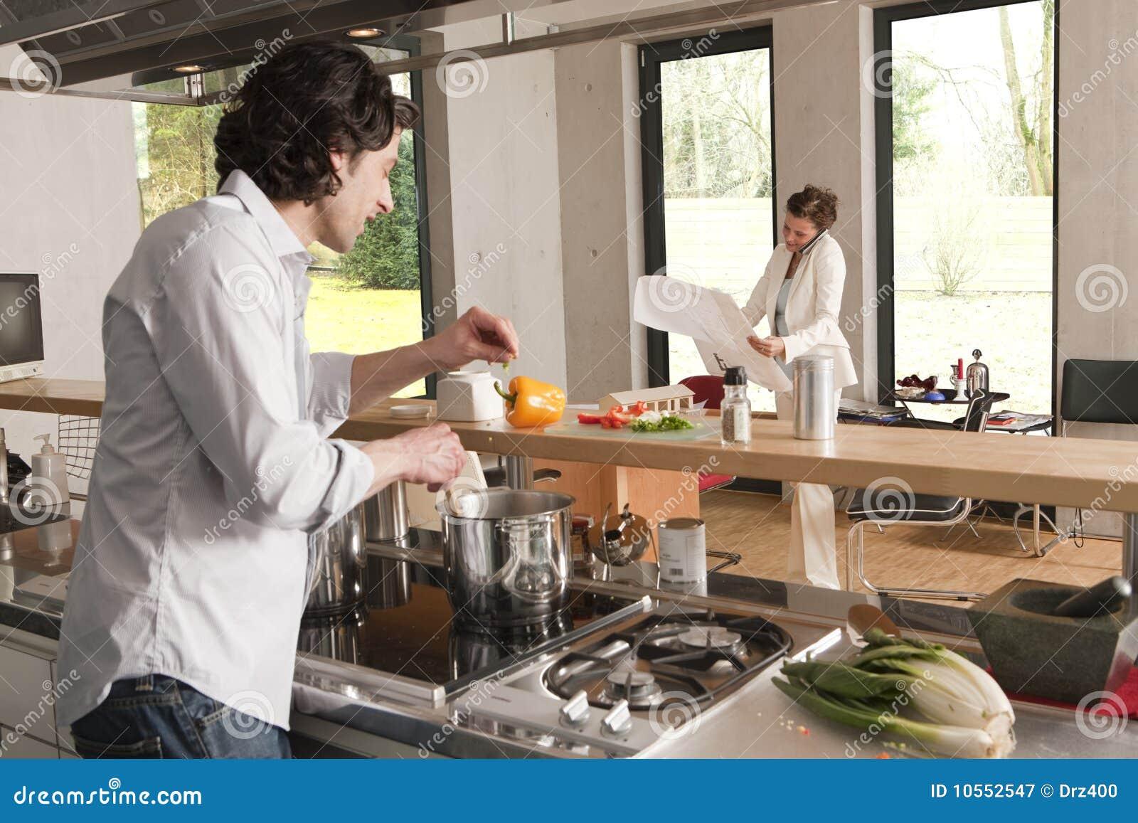 Uomo che cucina donna con il programma immagine stock immagine di umano calcolatori 10552547 - Programma di cucina ...