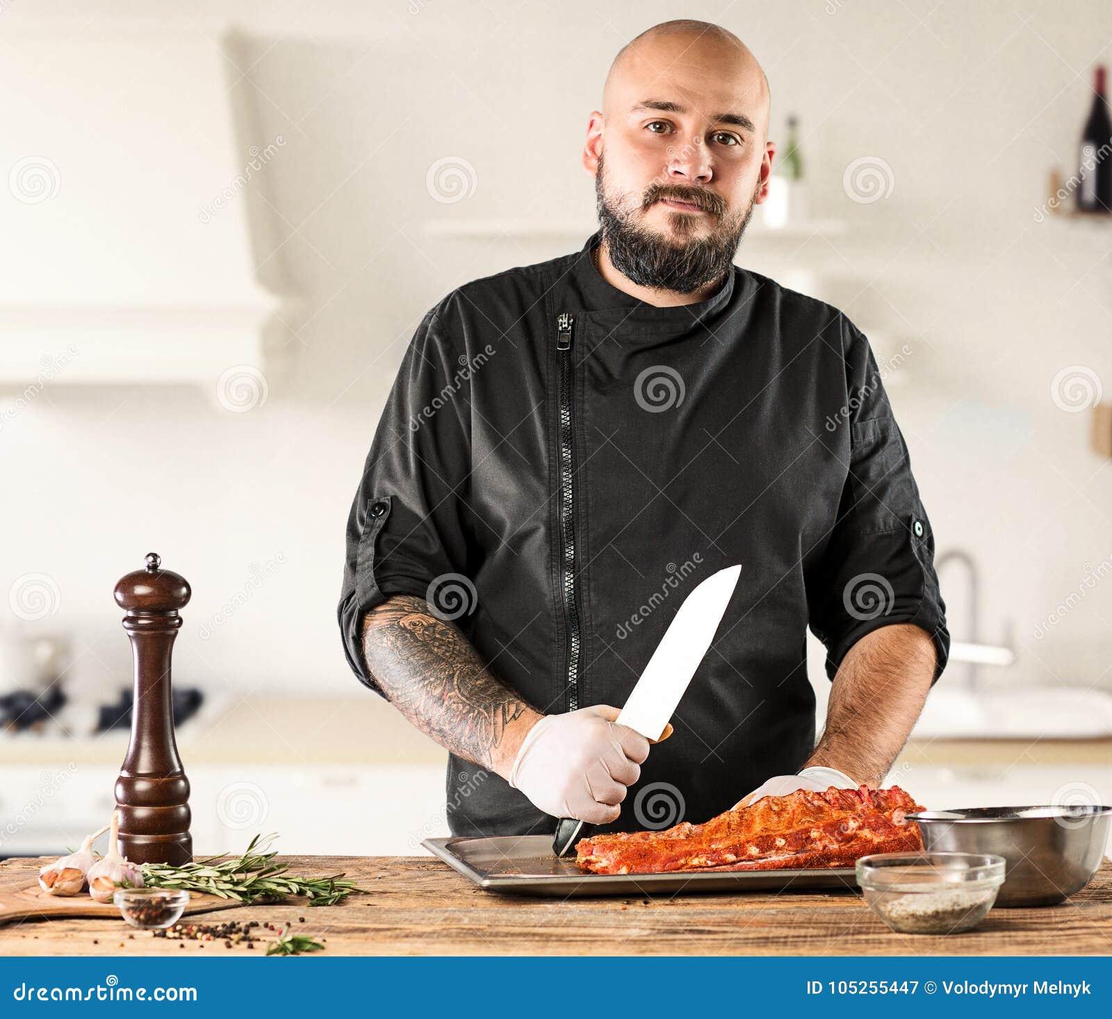 Uomo che cucina la bistecca della carne sulla cucina