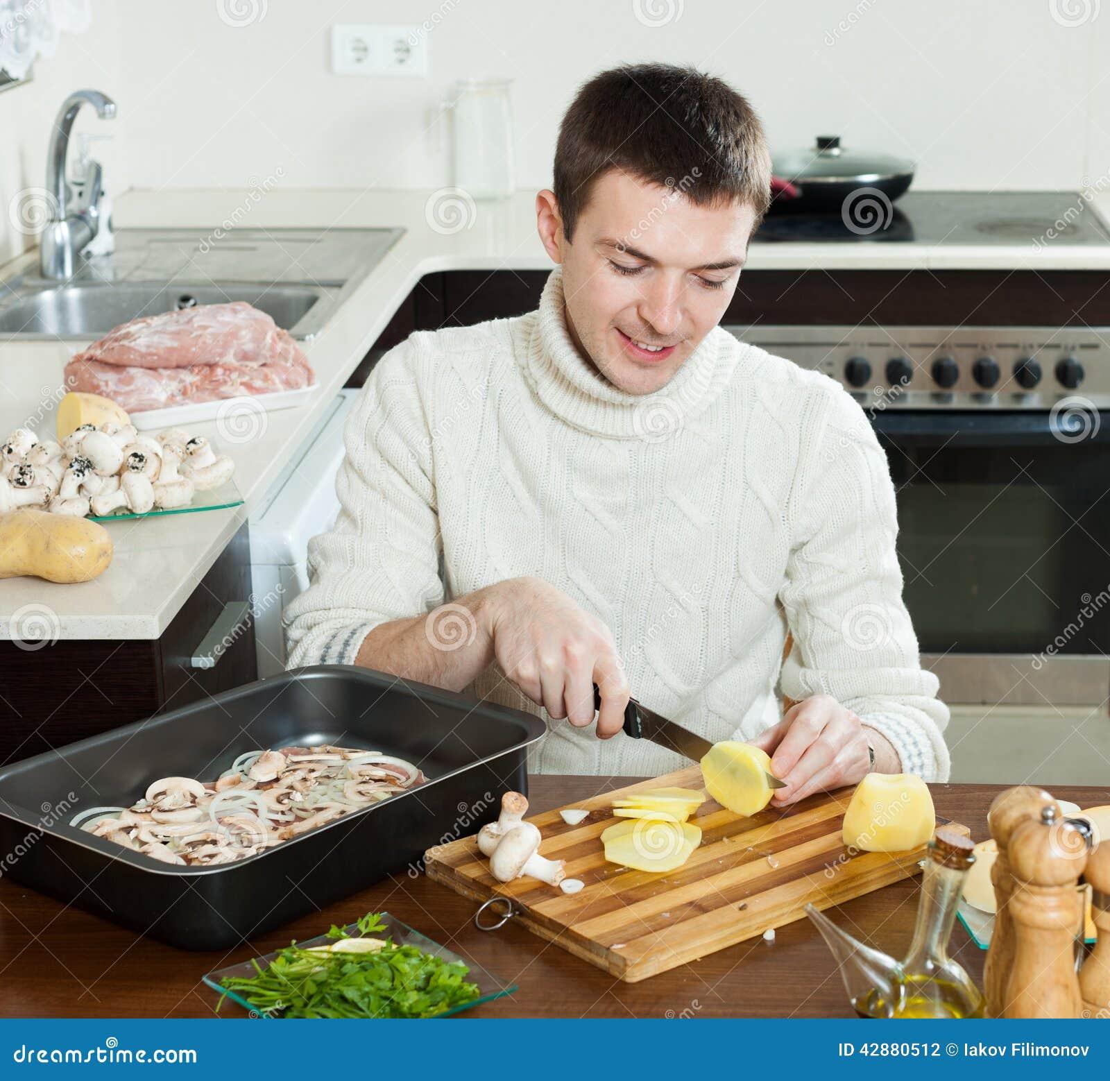 Uomo Che Cucina Le Patate Stile Francese Di Taglio Del ...