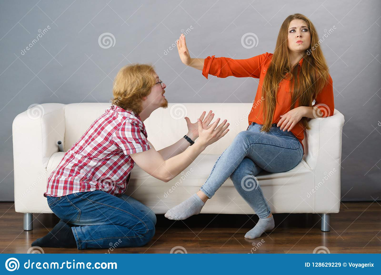 Uomo che elemosina il perdono la sua donna