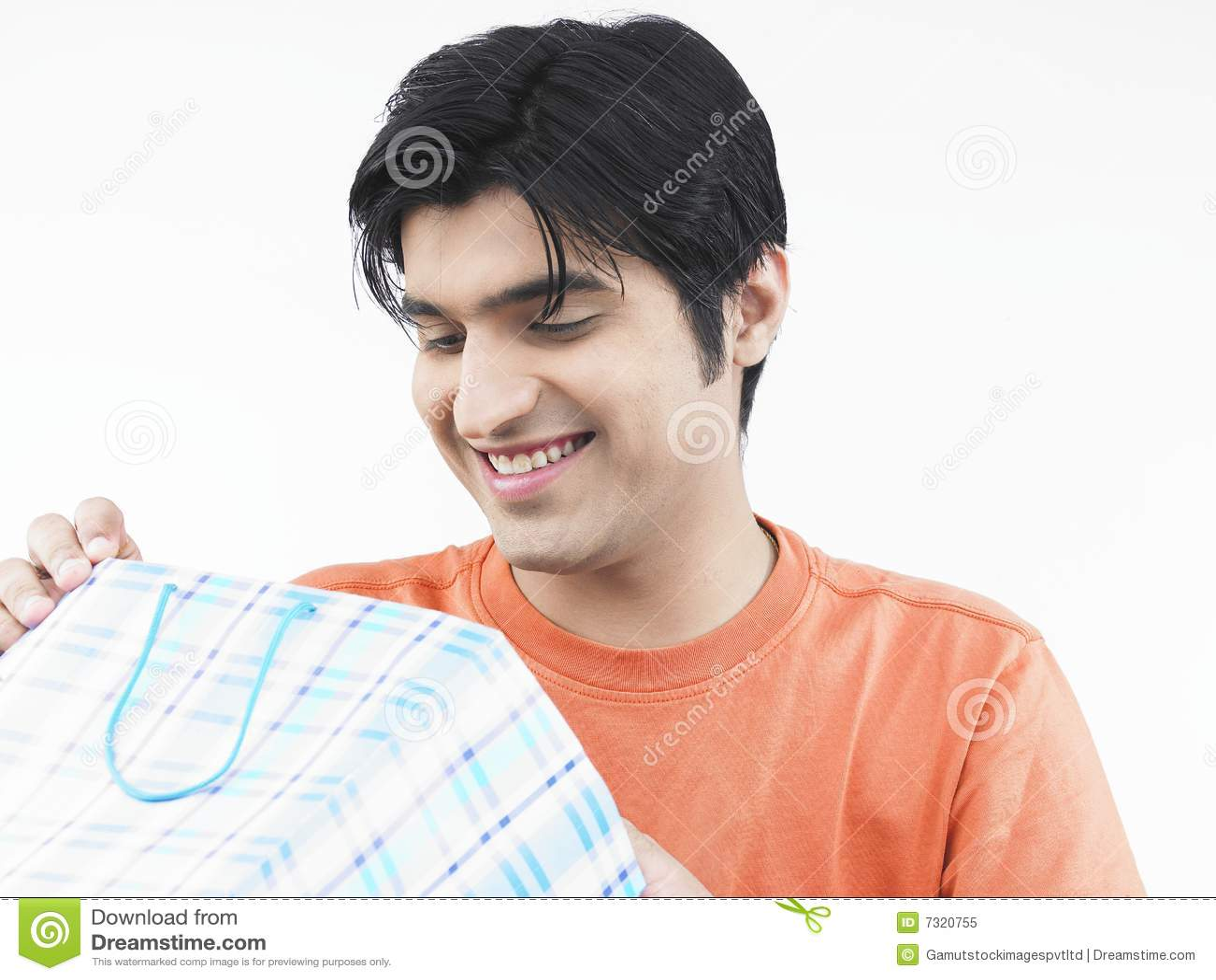 Uomo che esamina il suo sacchetto di acquisto