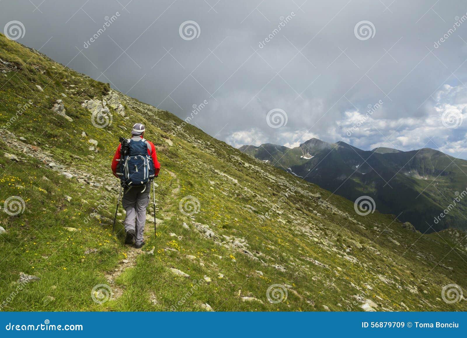 Uomo che fa un escursione sulla montagna