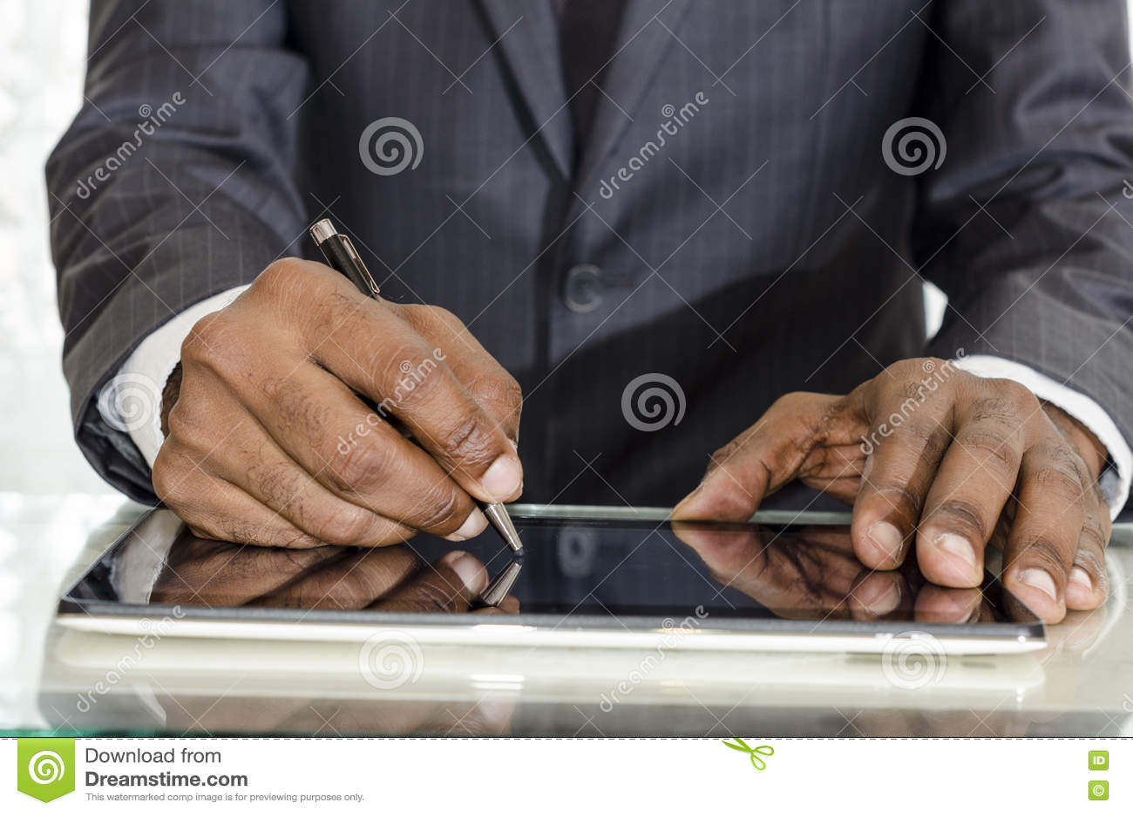 Uomo che firma II