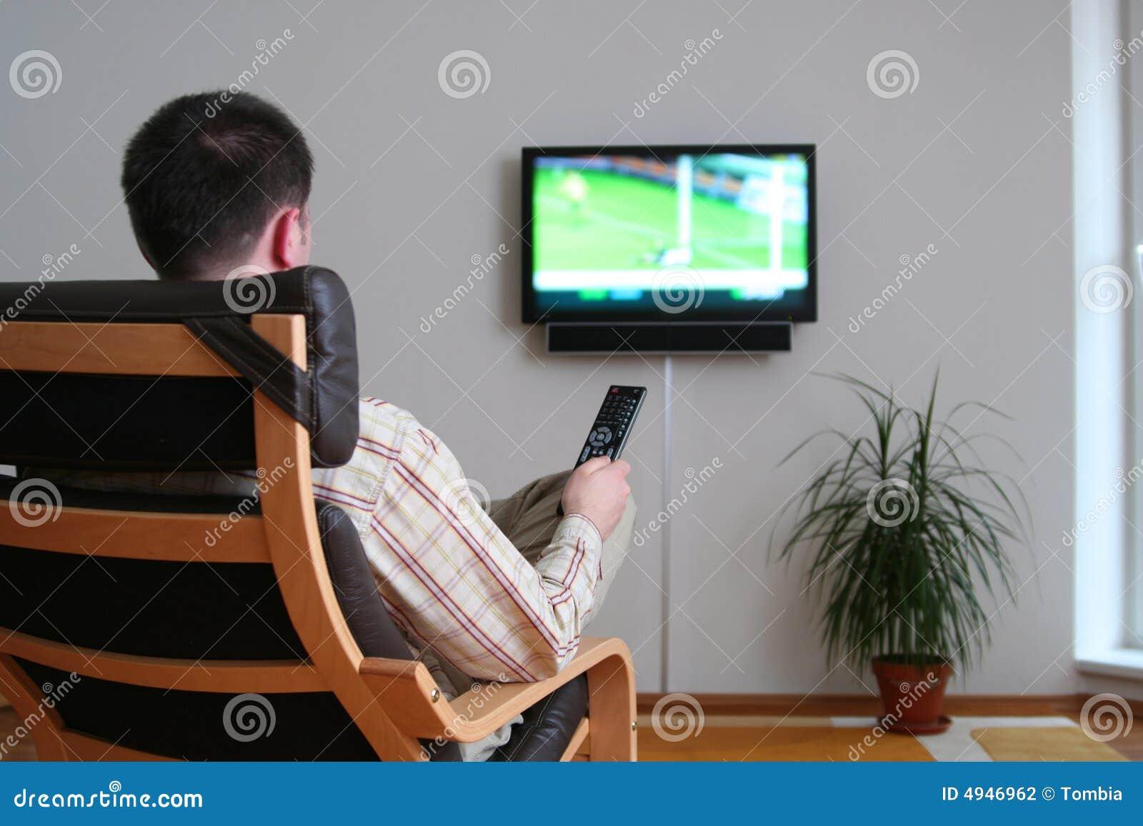 Uomo che guarda tv fotografia stock immagine di guardare for Guardare la tv