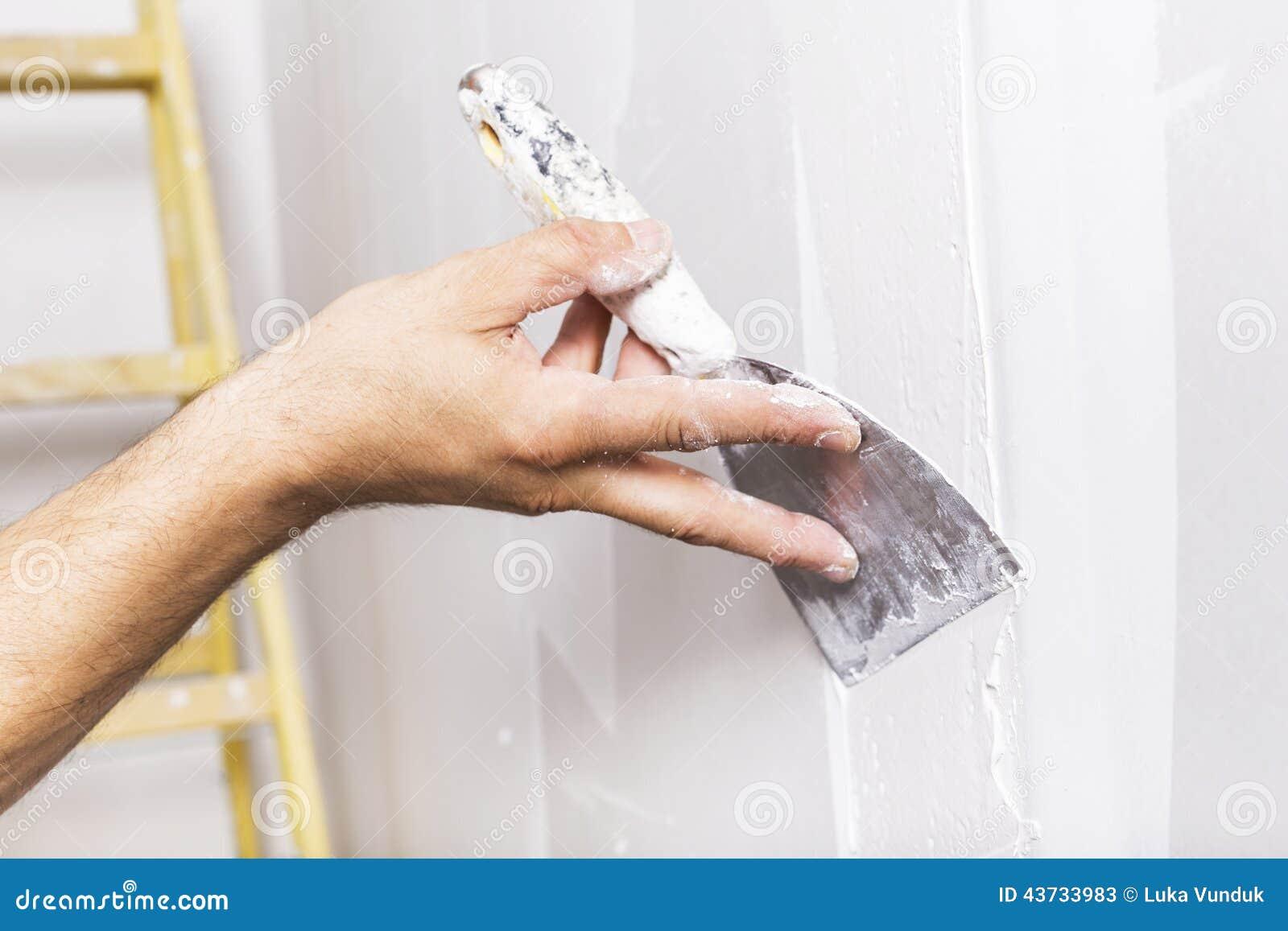 Uomo che lavora con la spatola Rinnovamento dell interno domestico