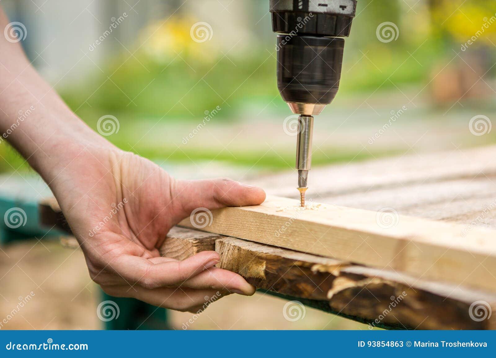 Uomo che lavora con un cacciavite elettrico
