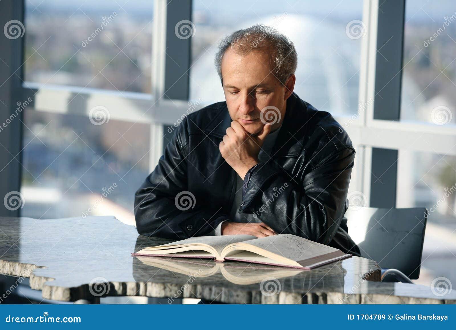 Uomo che legge un libro immagini stock libere da diritti for Foto di un libro